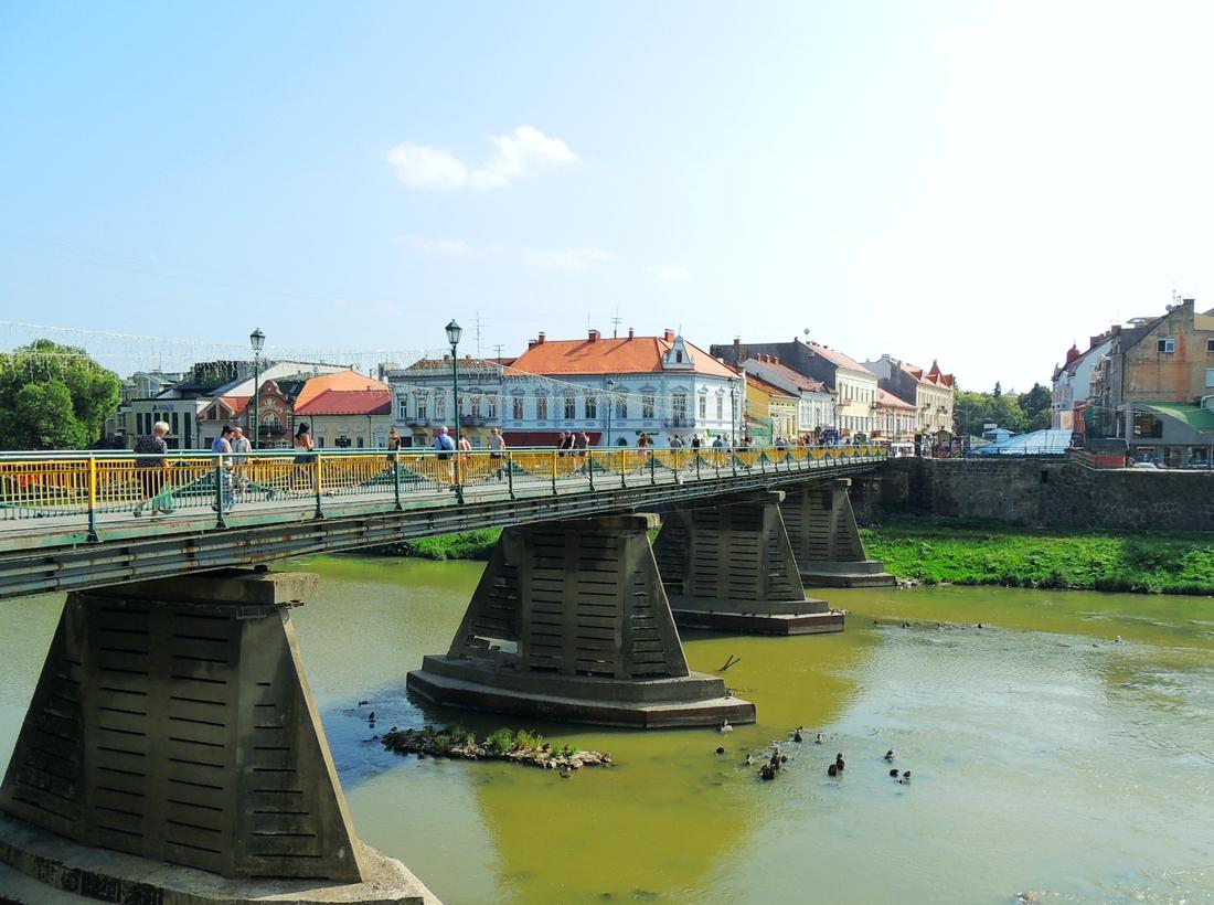 Пешеходный мост через реку Уж, между площадью Петефи и Театральной площадью