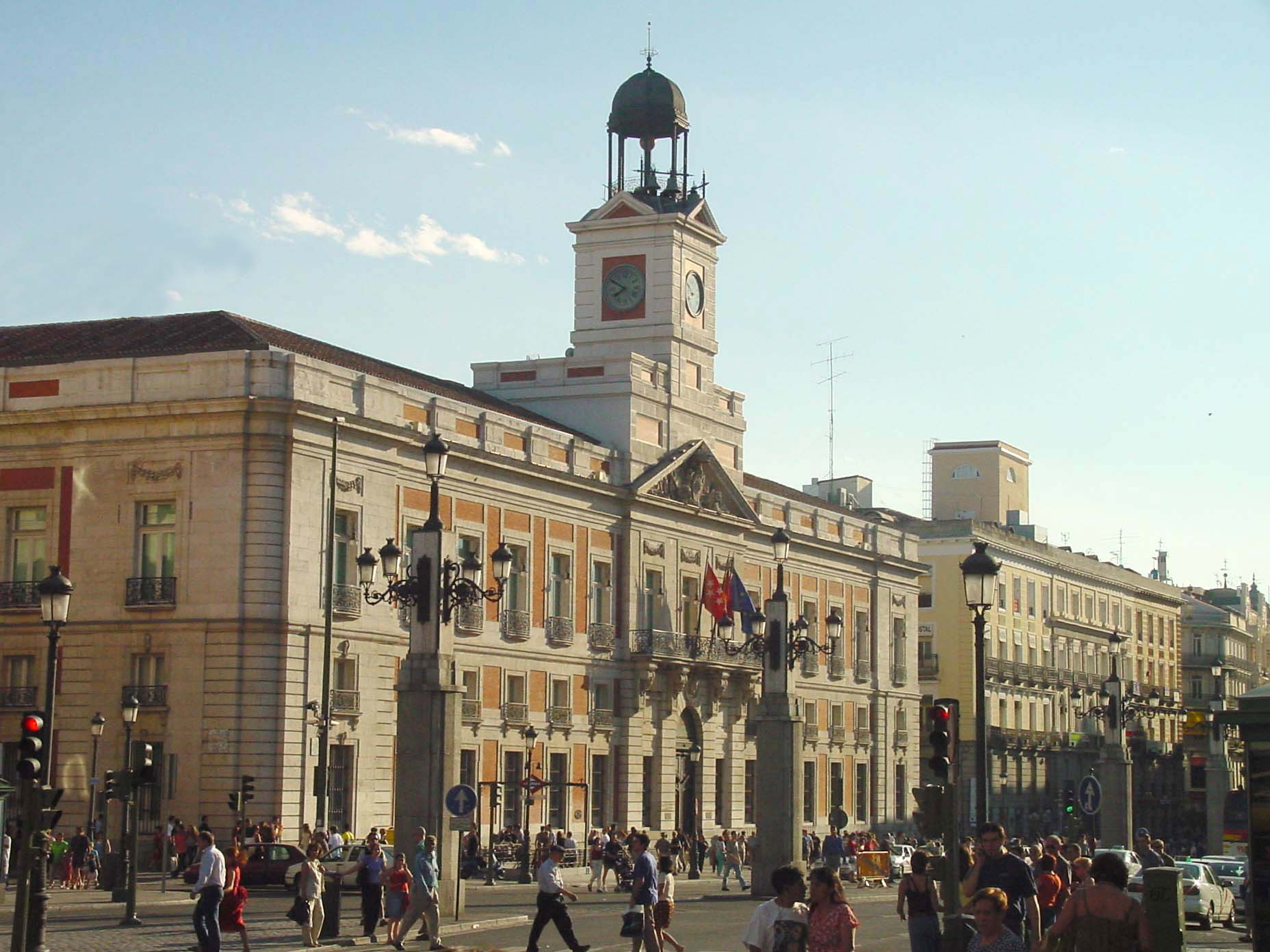 Archivo vista lateral de la puerta del sol de for Puerta del sol madrid fotos