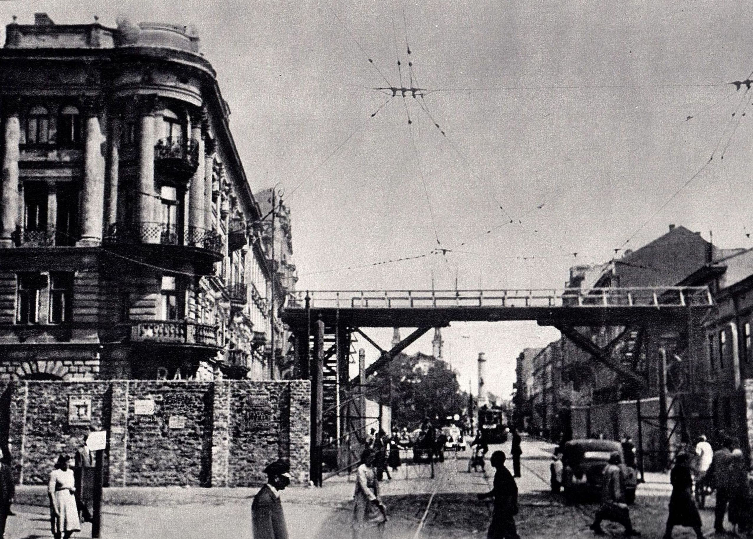 Plik:Warsaw Ghetto Footbridge 06.jpg