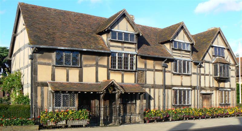 La residencia en Stratford, conocida como el lugar de nacimiento de Shakespeare (aunque es incierto). Se dice que el poeta y dramaturgo habría nacido en la habitación con las ventanas a cuadros.