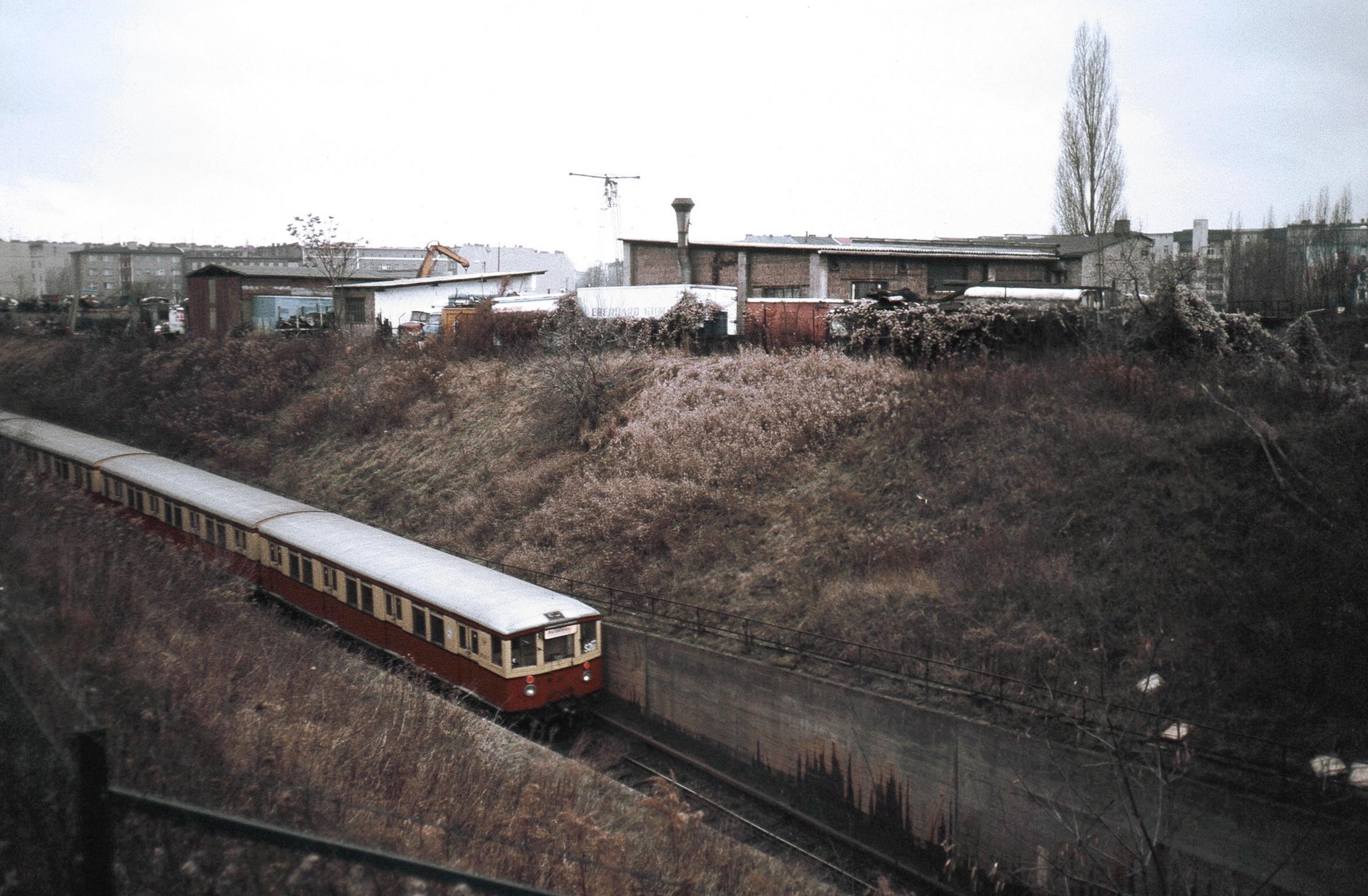 S-Bahn-Zug der Baureihe 275 der BVG auf der Rampe zur Anhalter und Dresdener Bahn, 1987