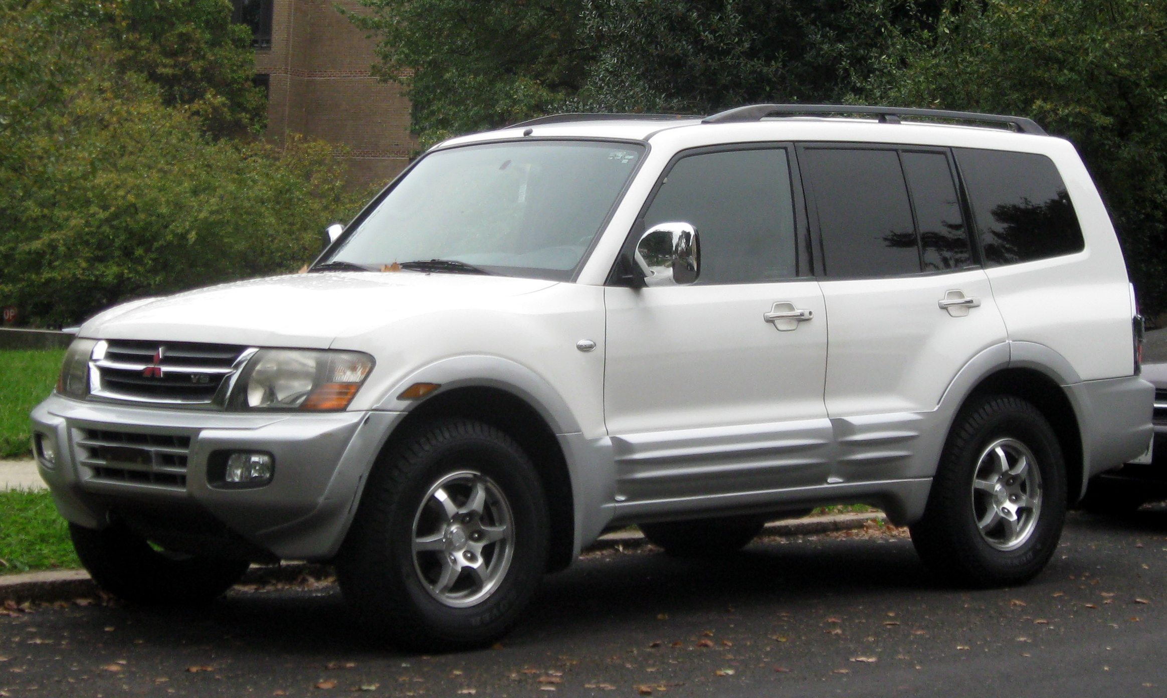Description 2001-2002 Mitsubishi Montero -- 10-12-2011.jpg