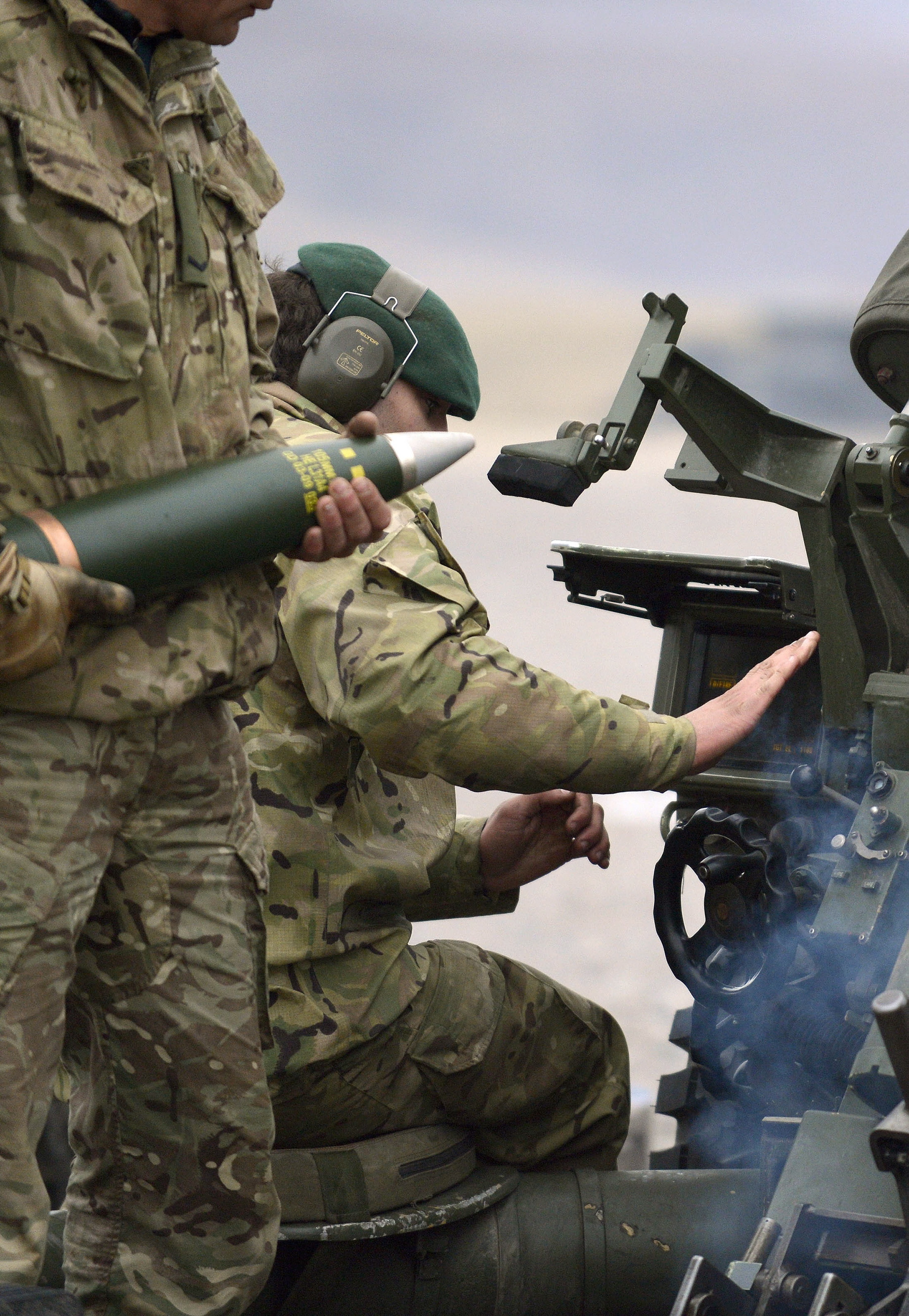 File:29 Commando Royal Artillery Firing 105mm Light Gun ...