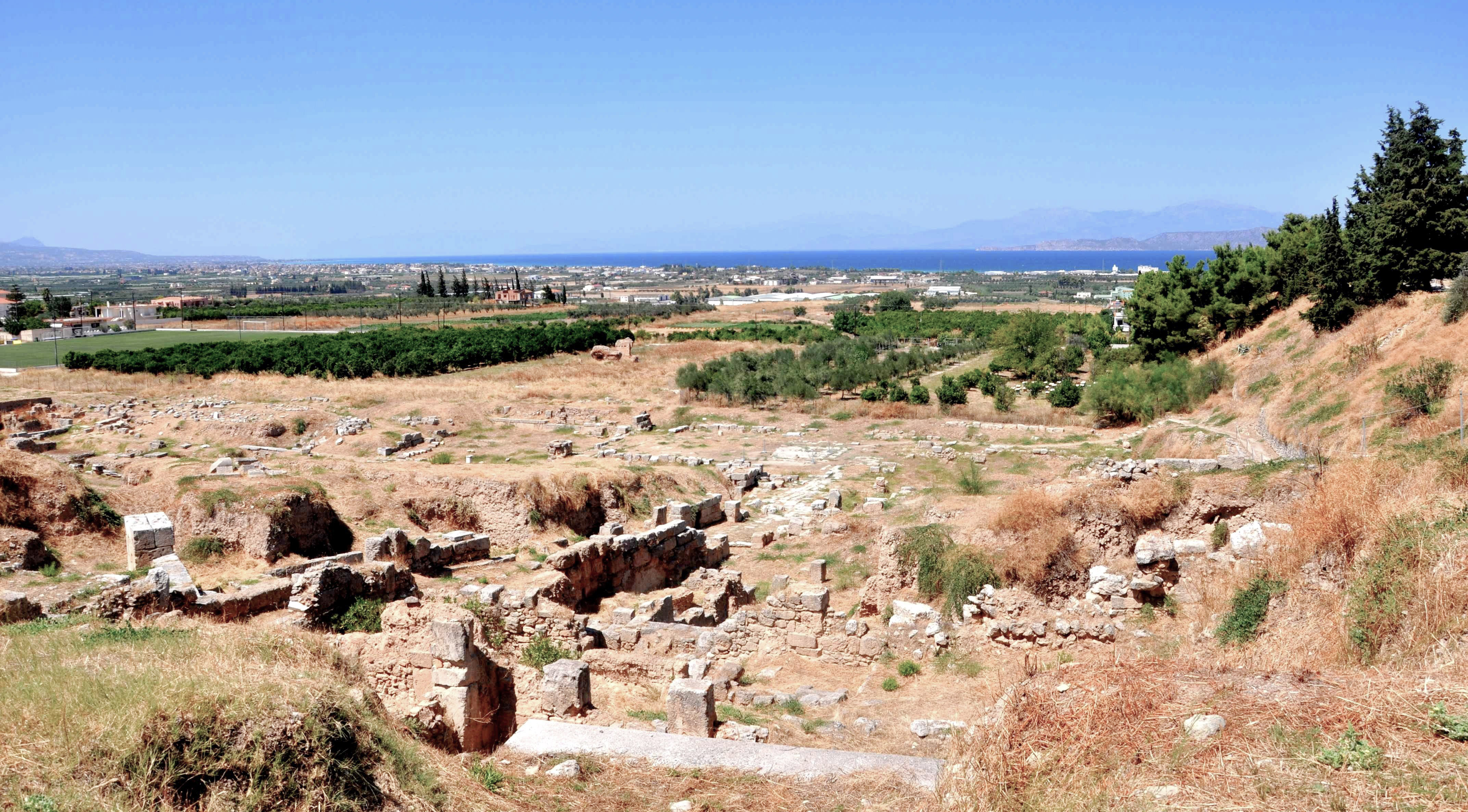 https://upload.wikimedia.org/wikipedia/commons/7/7f/Ancient_Theater_in_Archeological_site_of_Ancient_Corinth.jpg
