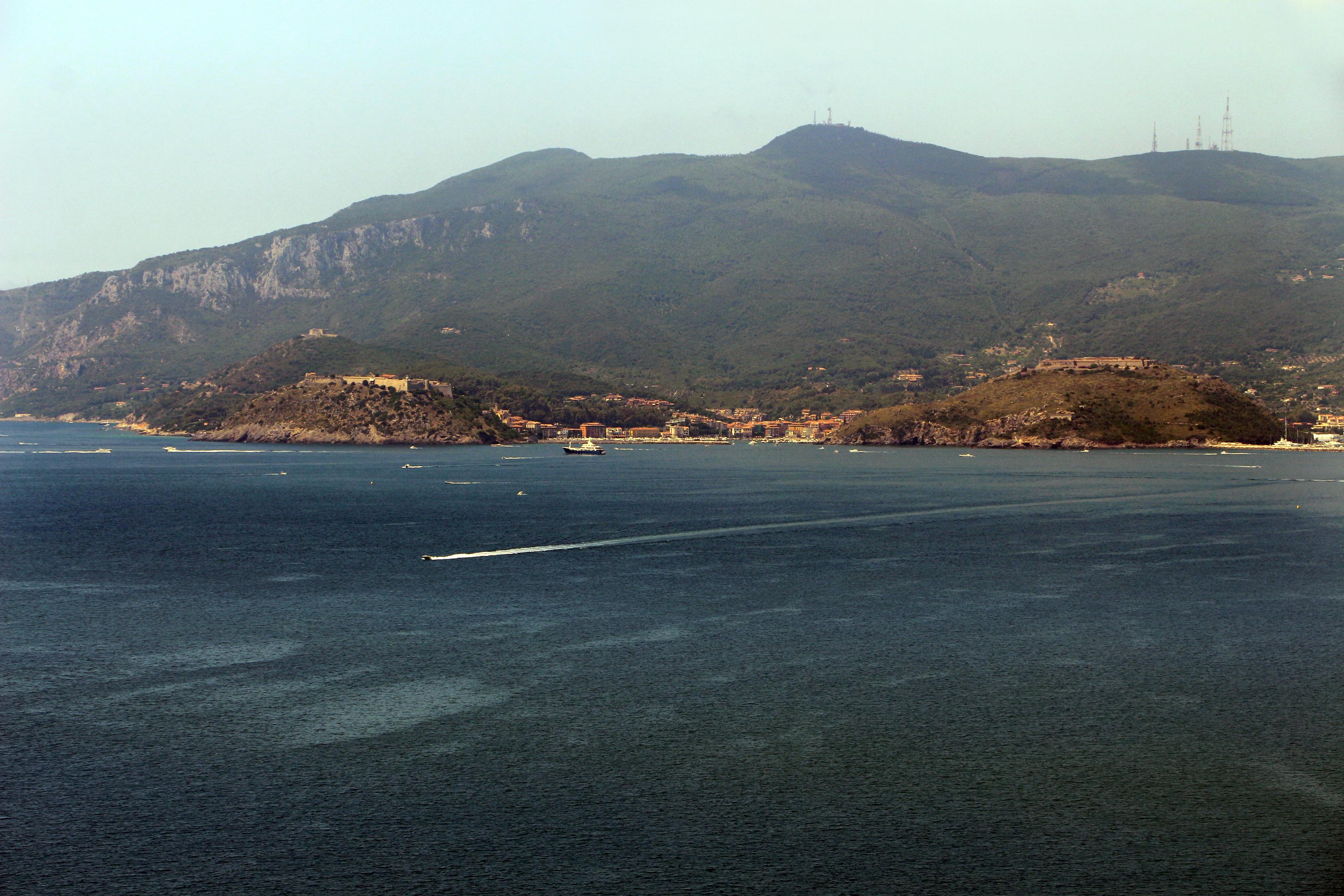 Monte Argentario e Porto Ercole, vista da Cosa (Ansedonia)