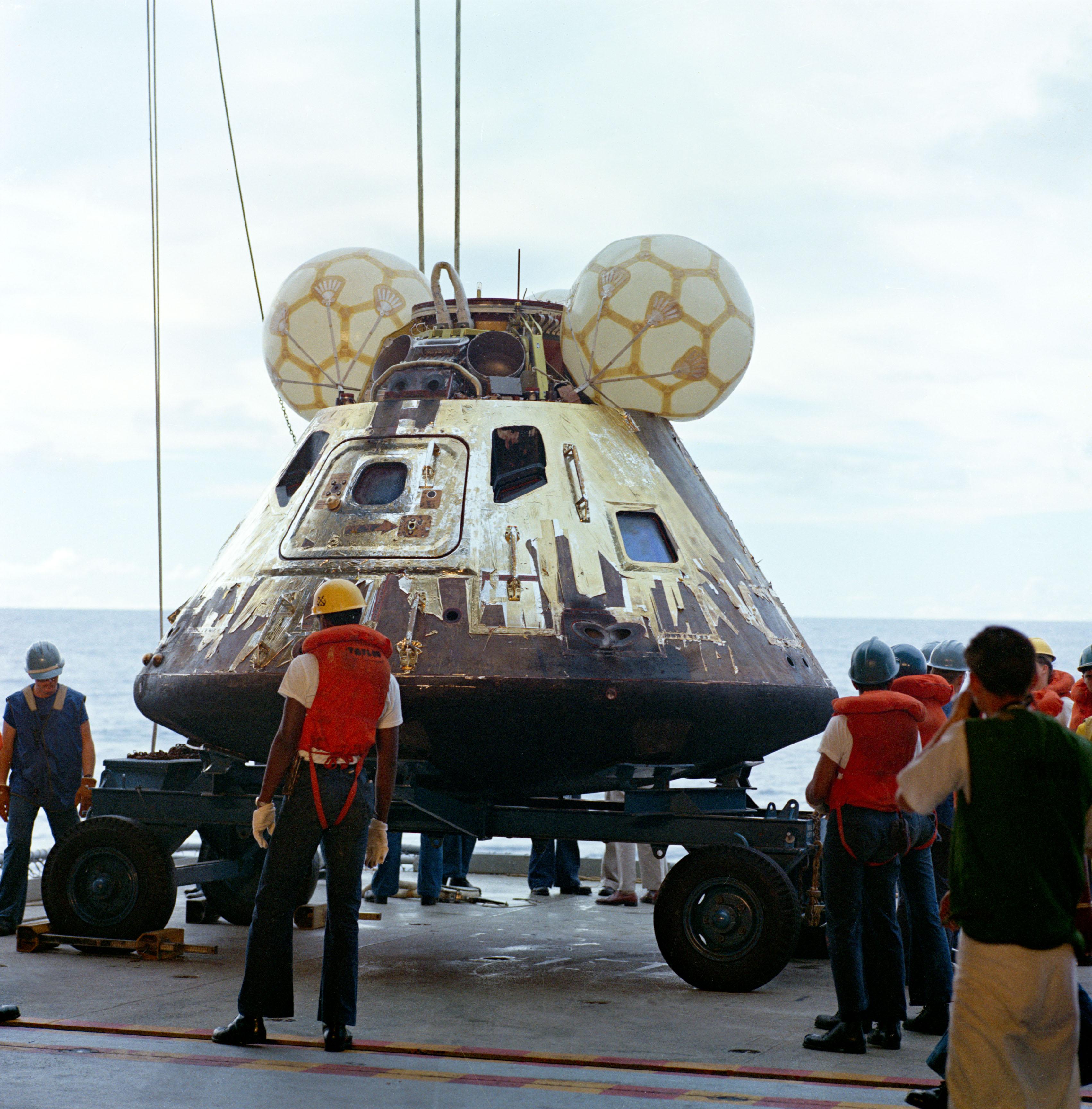 File:Apollo13 csm recovery.jpg - Wikimedia Commons