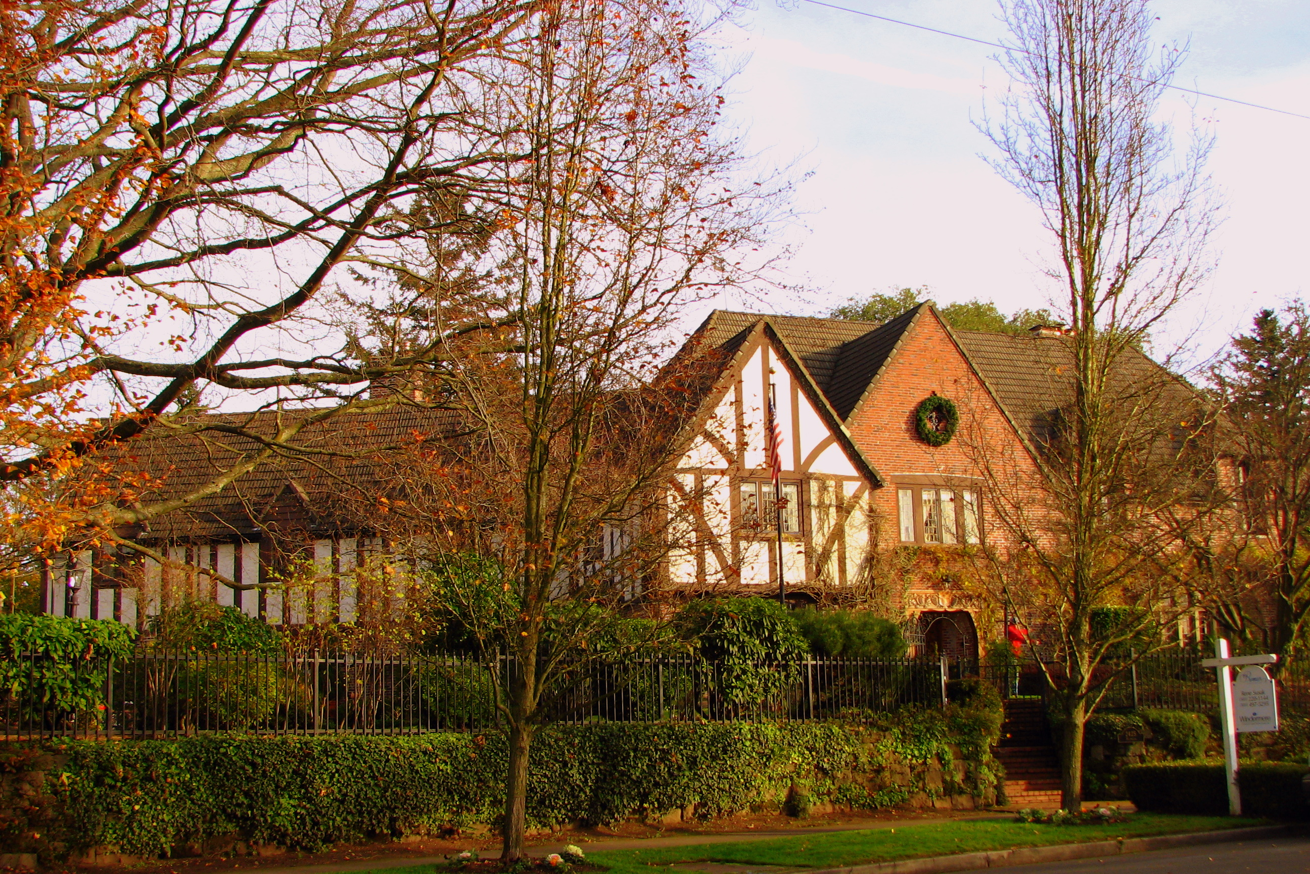 File autzen house portland wikimedia commons for Building a home in oregon