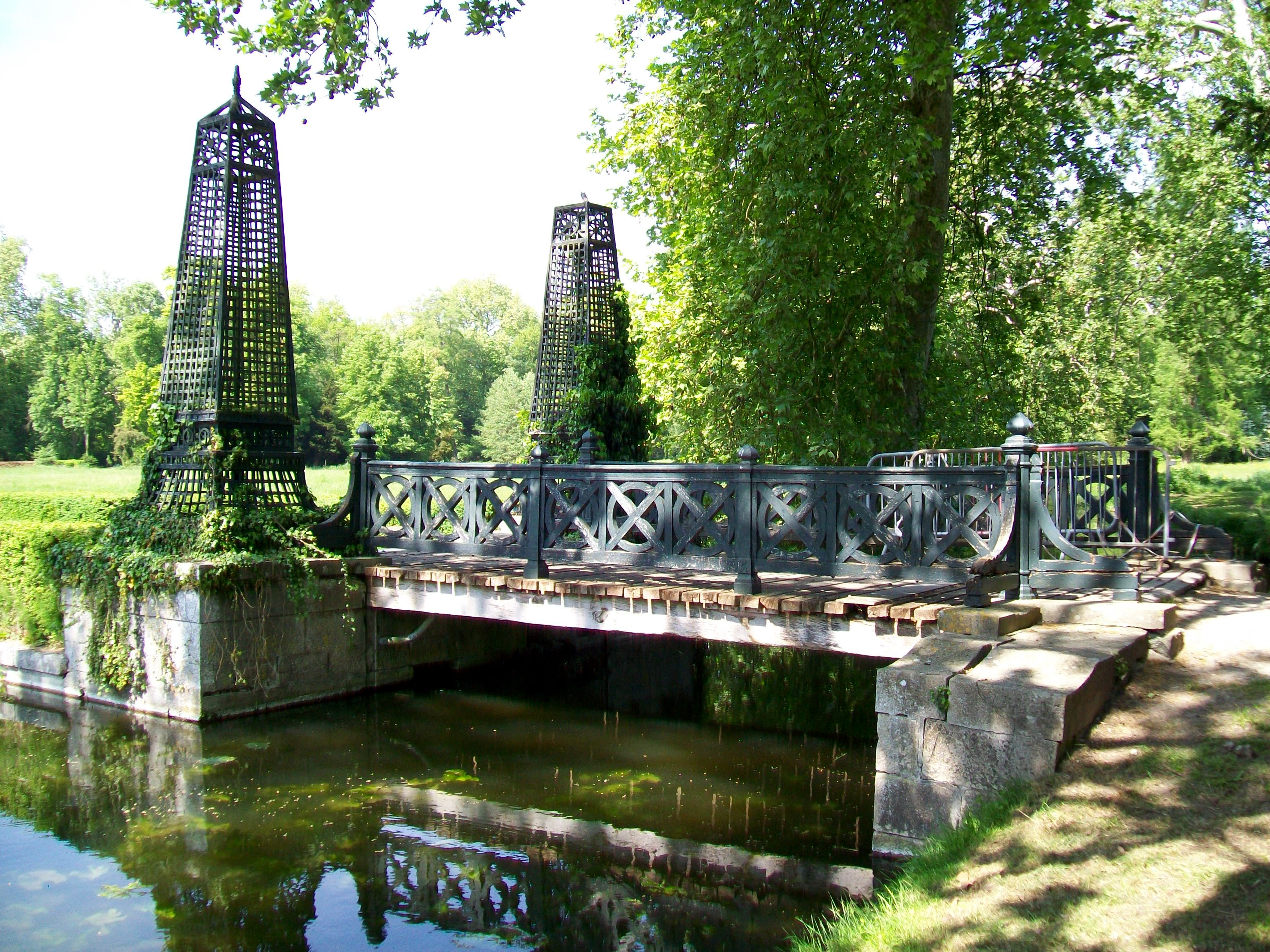 File ch teau de chantilly jardin anglais pont vers l 39 le for Photos de jardins anglais
