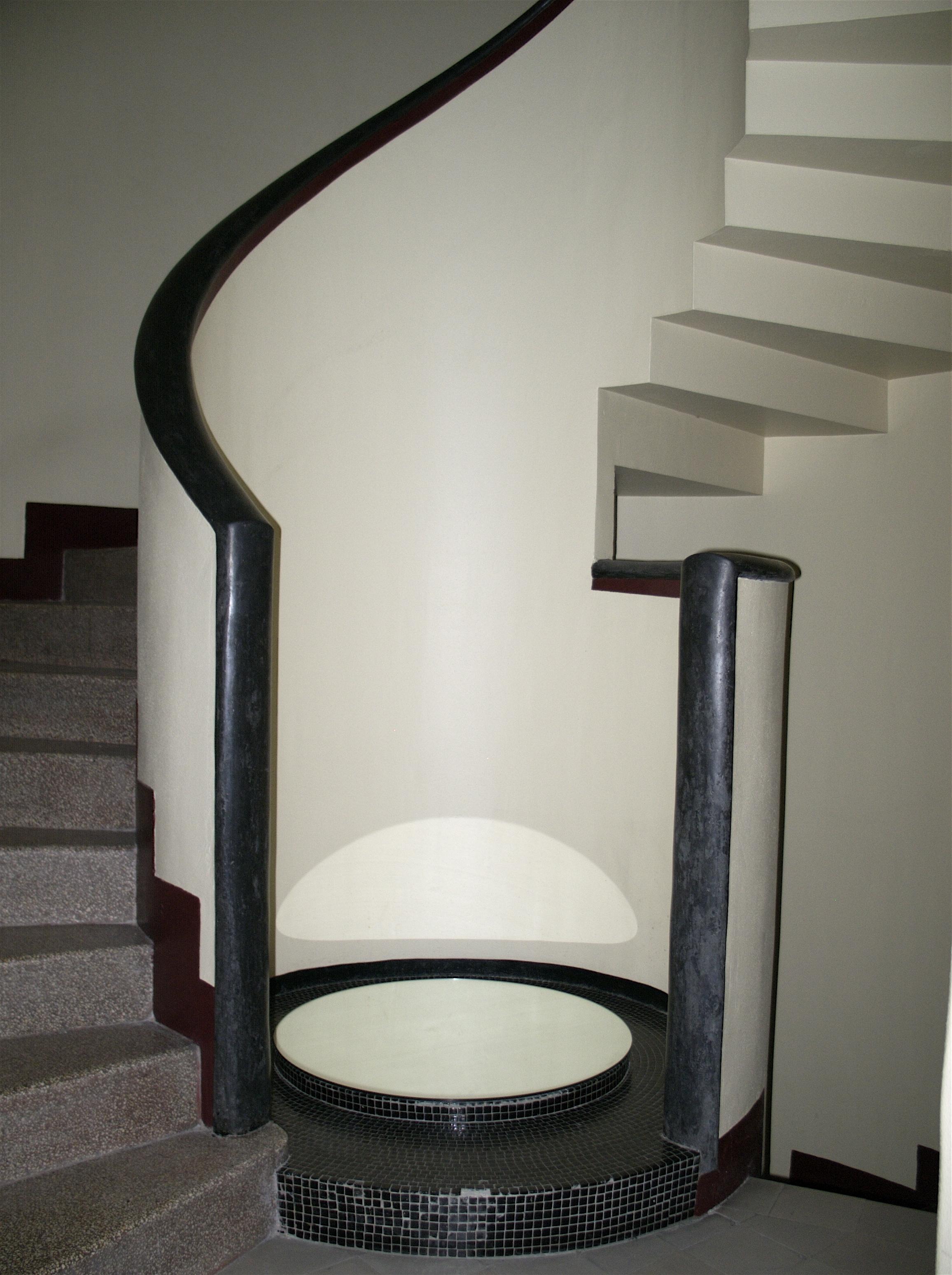 File d part de l 39 escalier de l 39 h tel martel rue mallet stevens pari - Hotel martel mallet stevens ...