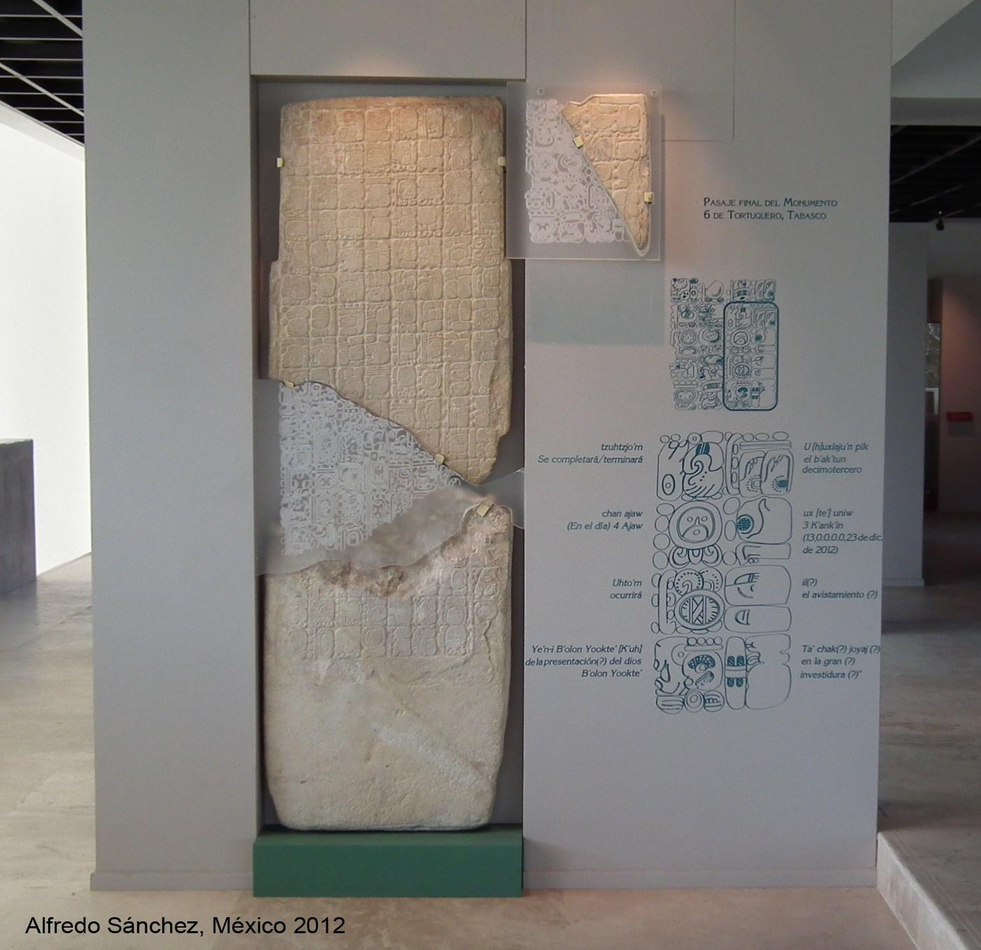 """Inskrypcja z Tortuguero w Meksyku łączona z przepowiednią """"końca świata"""". Autor: Enigmamexicano, lic. CC BY-SA 3.0."""