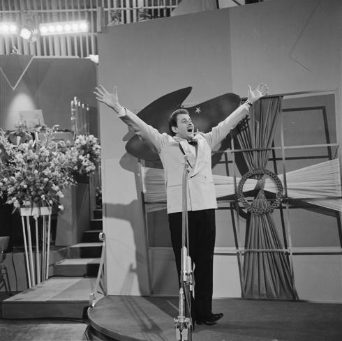 Doménico Modugno cantando su «Nel blu dipinto di blu» en el festival de Eurovisión de 1958.