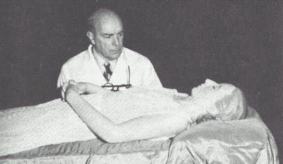 Ficheiro:Eva Perón - Cadáver momificado con Dr Pedro Ara- 1953-55.jpg