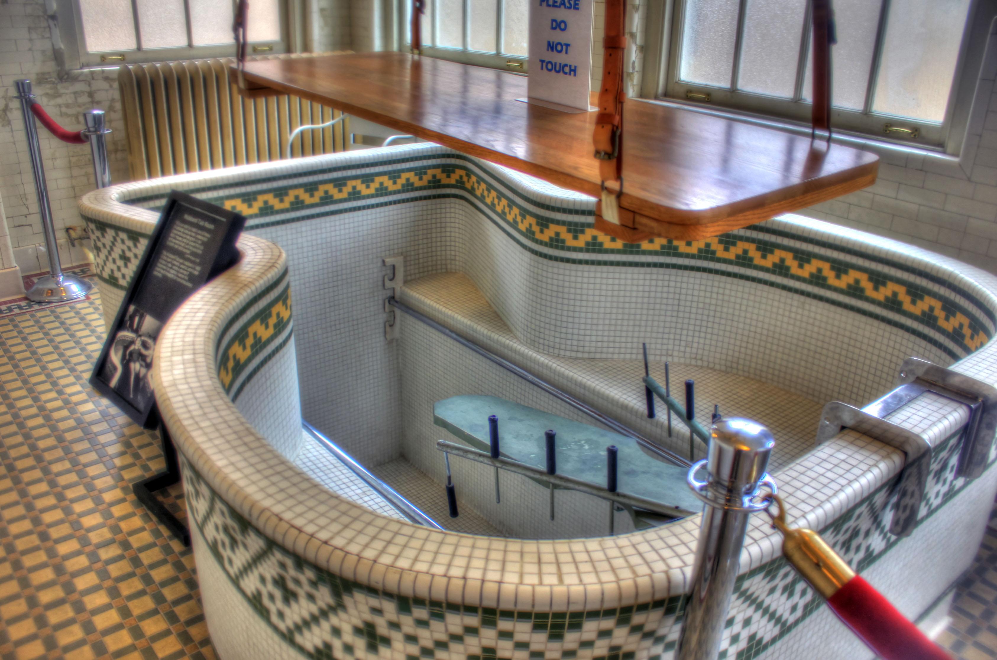File:Gfp-arkansas-hot-springs-bathtub-of-bathhouse.jpg - Wikimedia ...