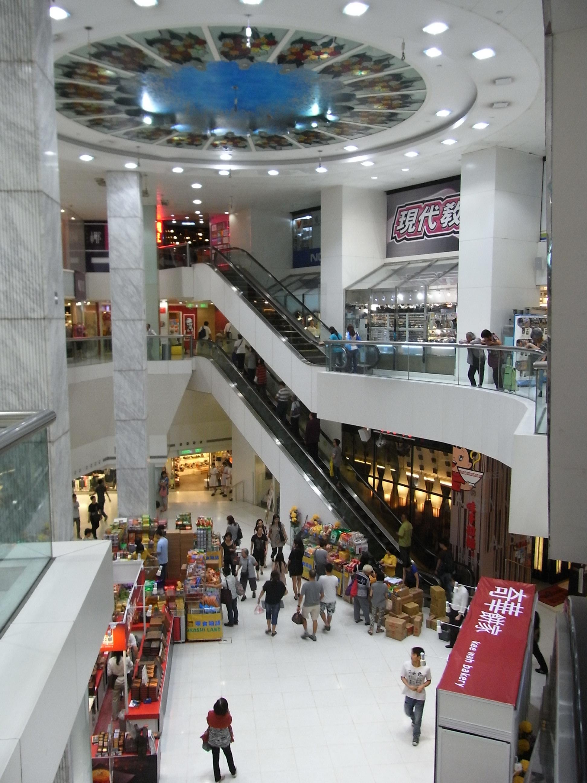 File:HK Chai Wan New Jade Gardens Shopping Arcade Interior Courtyard  Visitors Sep 2012