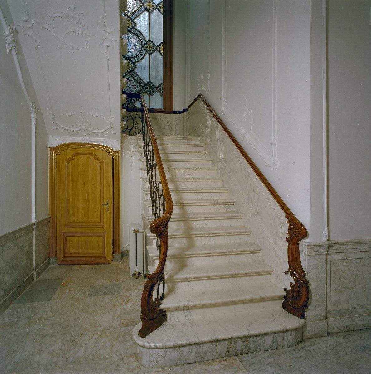 File interieur trappenhuis detail trap wit marmer houten trapleuning aanzetklauwen en - Model interieur trap ...
