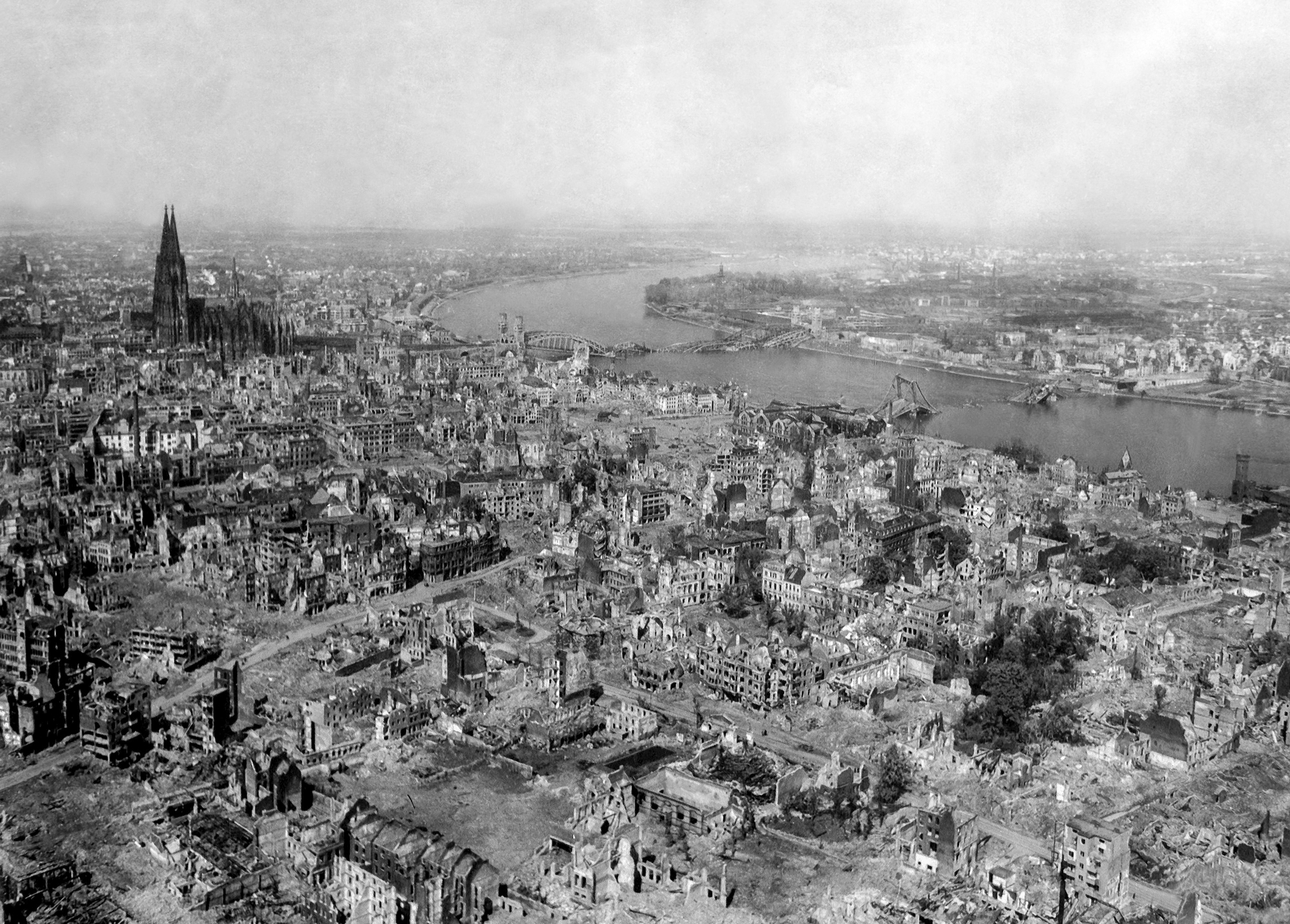 Köln am Ende des Bombenkrieges, April 1945