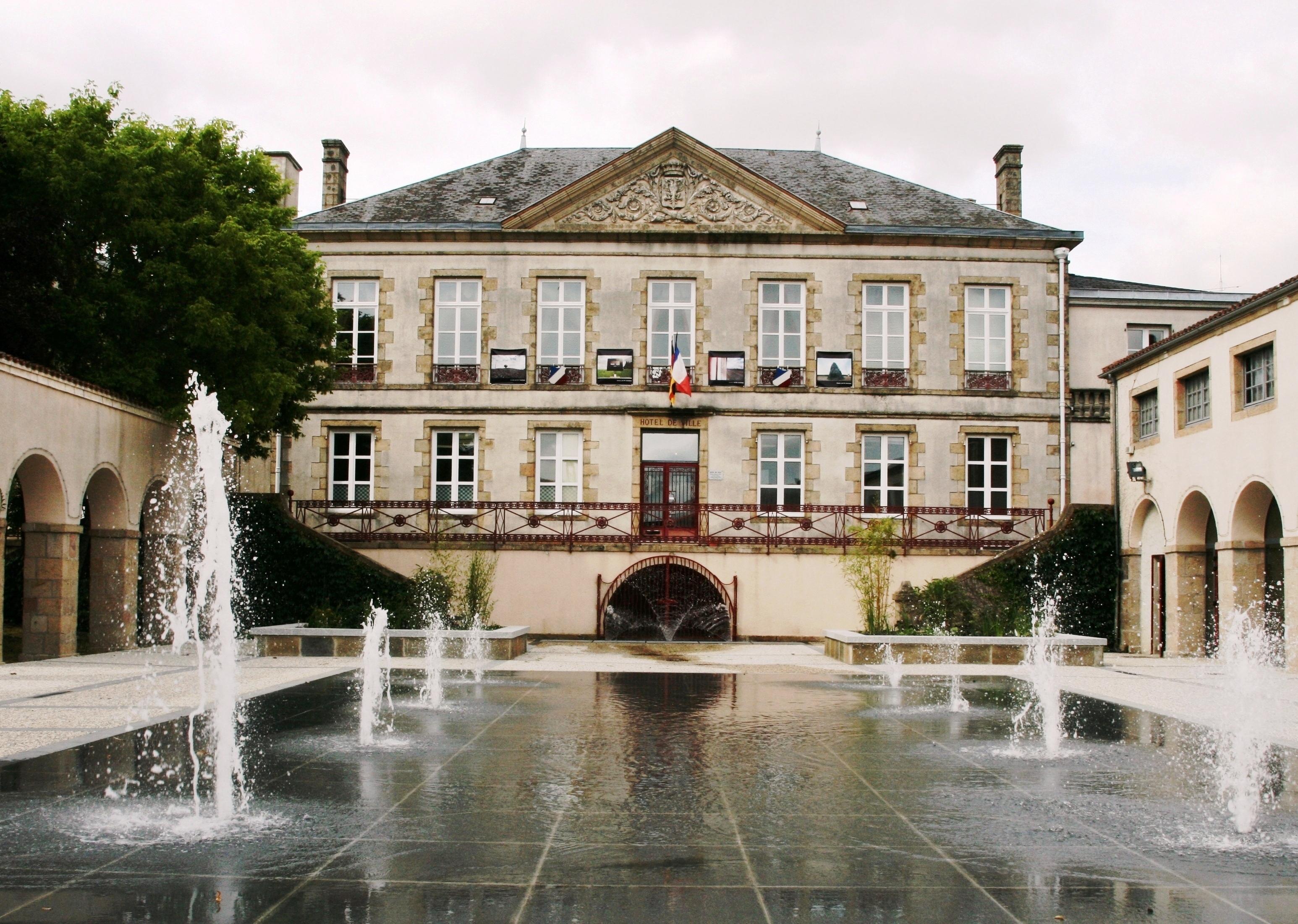 File l 39 h tel de ville de wikimedia commons for Piscine de bressuire