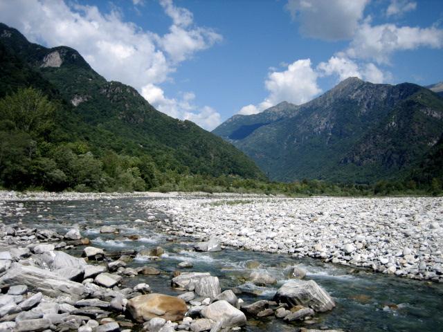 Blick vom Ufer an der Maggia in das Logano-Tal (UNESCO-Welterbe in der Schweiz)