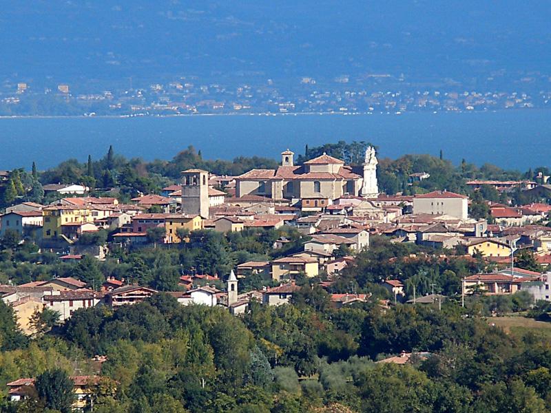 File:Manerba del Garda - Panorama.jpg - Wikimedia Commons