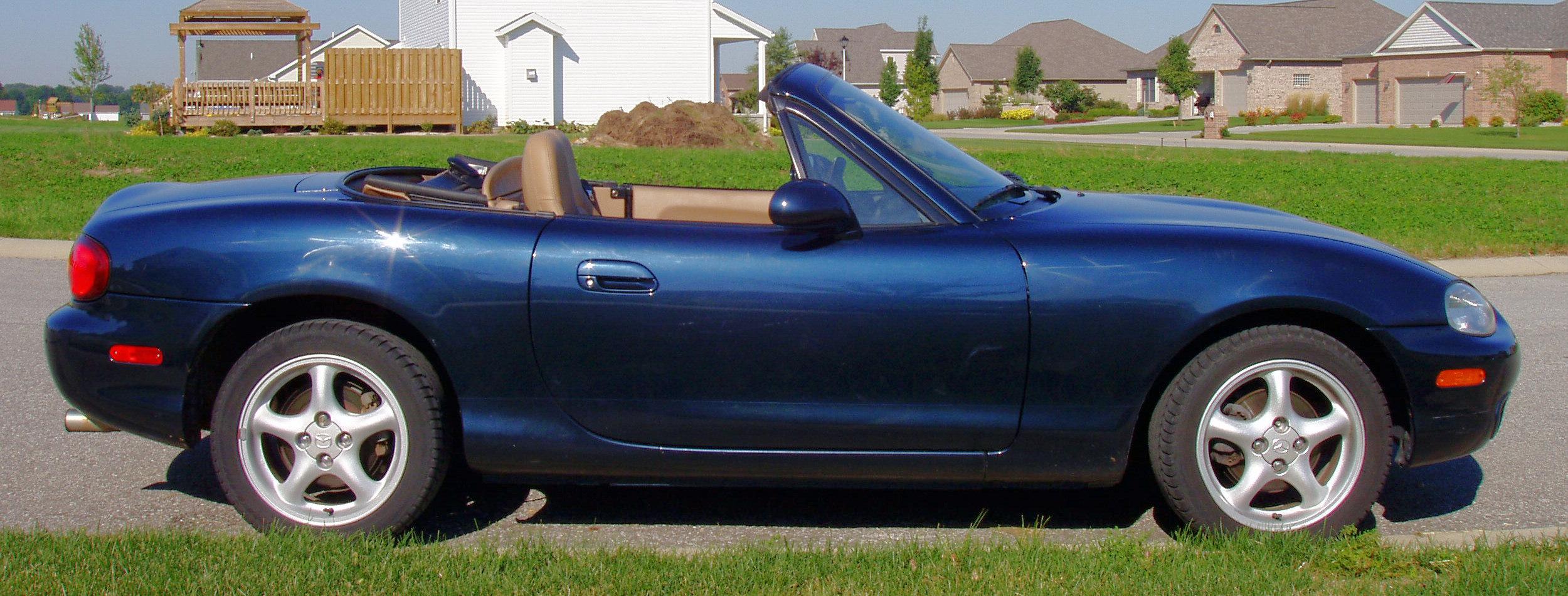https://upload.wikimedia.org/wikipedia/commons/7/7f/Mazda-miata-1999-blue-side.jpg