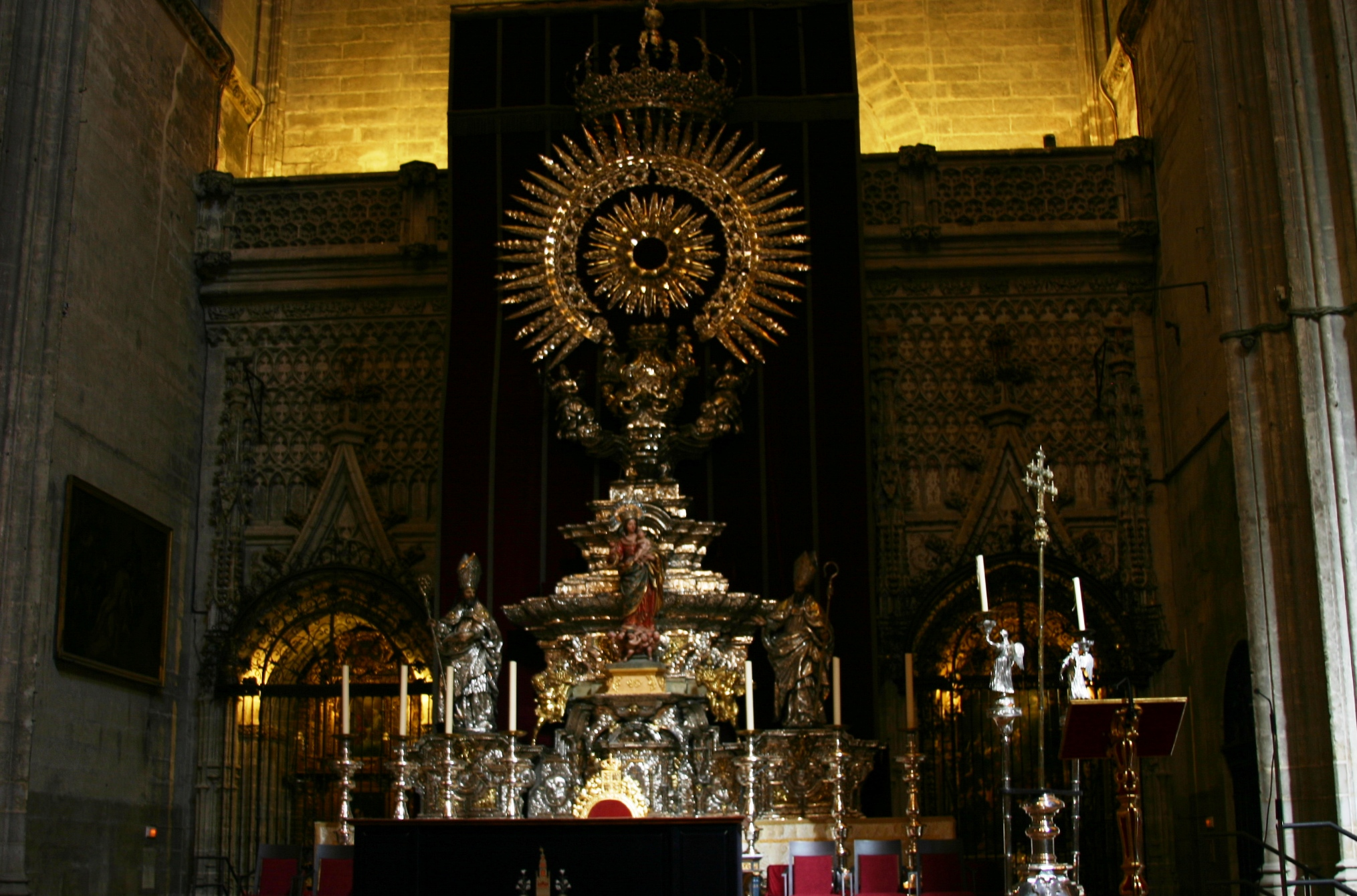https://commons.wikimedia.org/wiki/File:Monstrance_for_the_Holy_Friday_-_Cathedral_of_Seville_(3).JPG