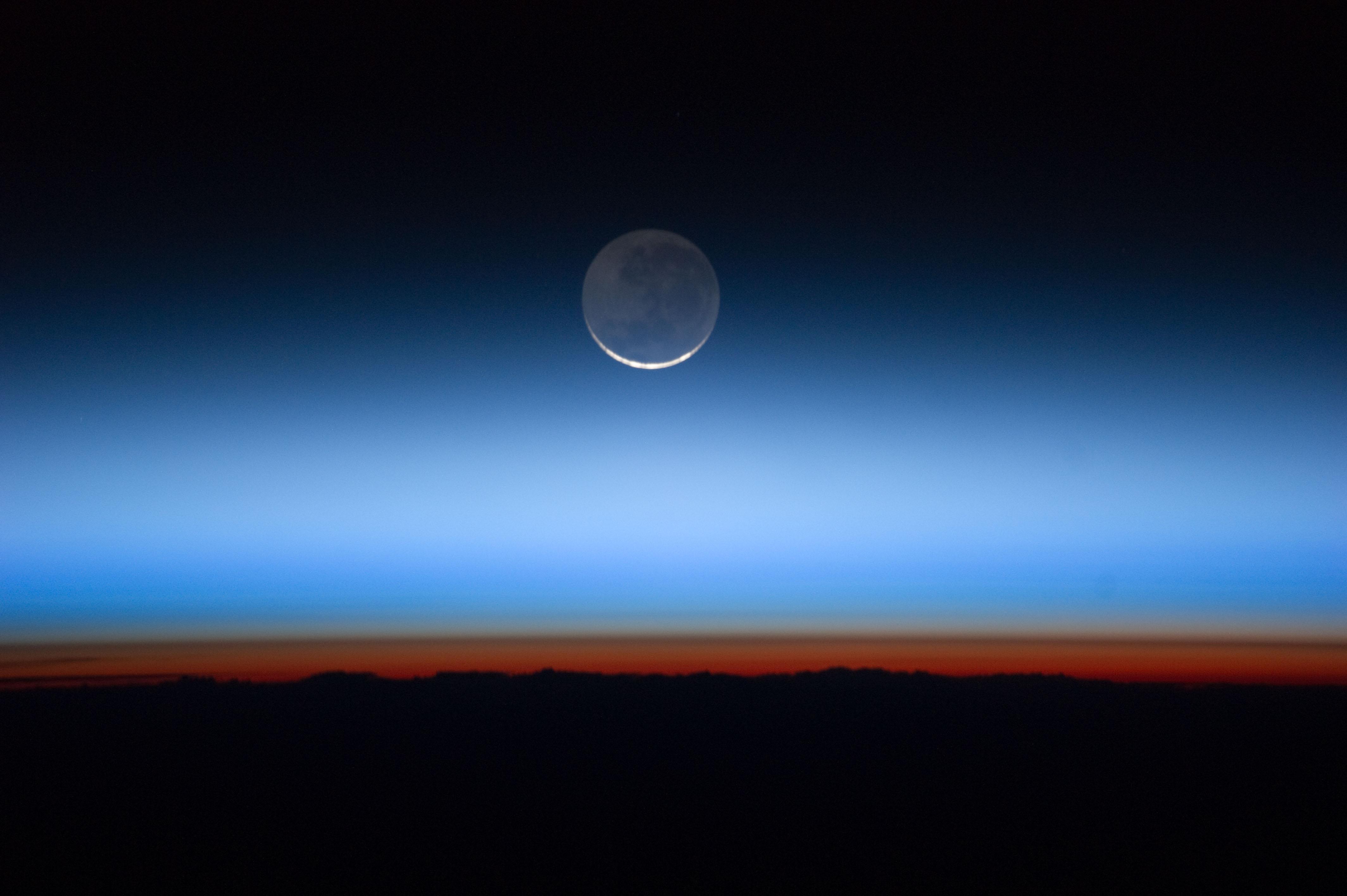 File Moon Limb Amp Troposphere Jpg Wikimedia Commons