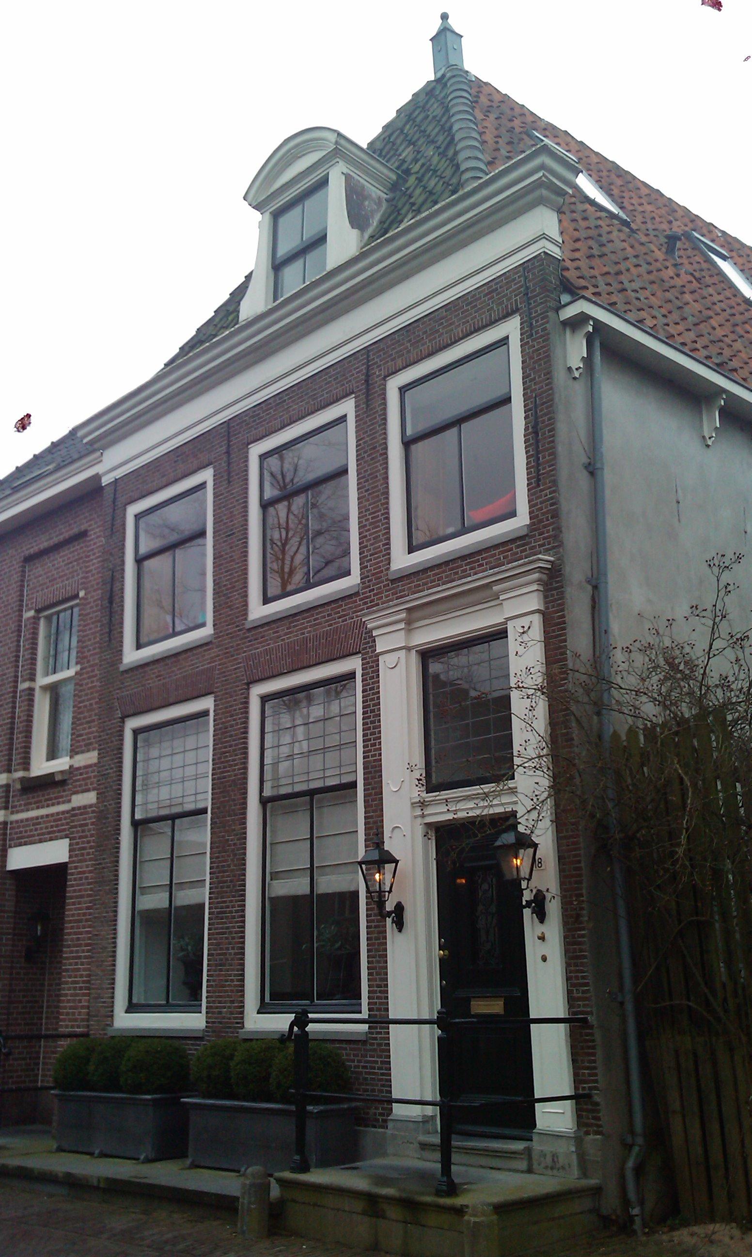 Eenvoudig laat 18e vroeg 19e eeuws huis met omlijste ingang in hoorn monument - Huis ingang ...