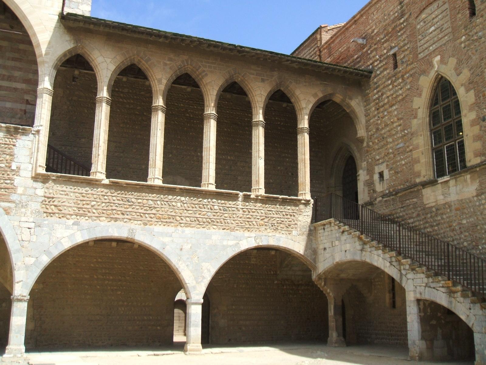 File perpignan palais des rois de majorque cour honneur wikimedia commons - Palais des rois de majorque perpignan ...