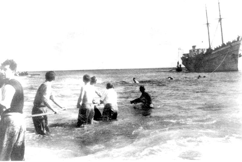 מעפילים יורדים לחוף ניצנים