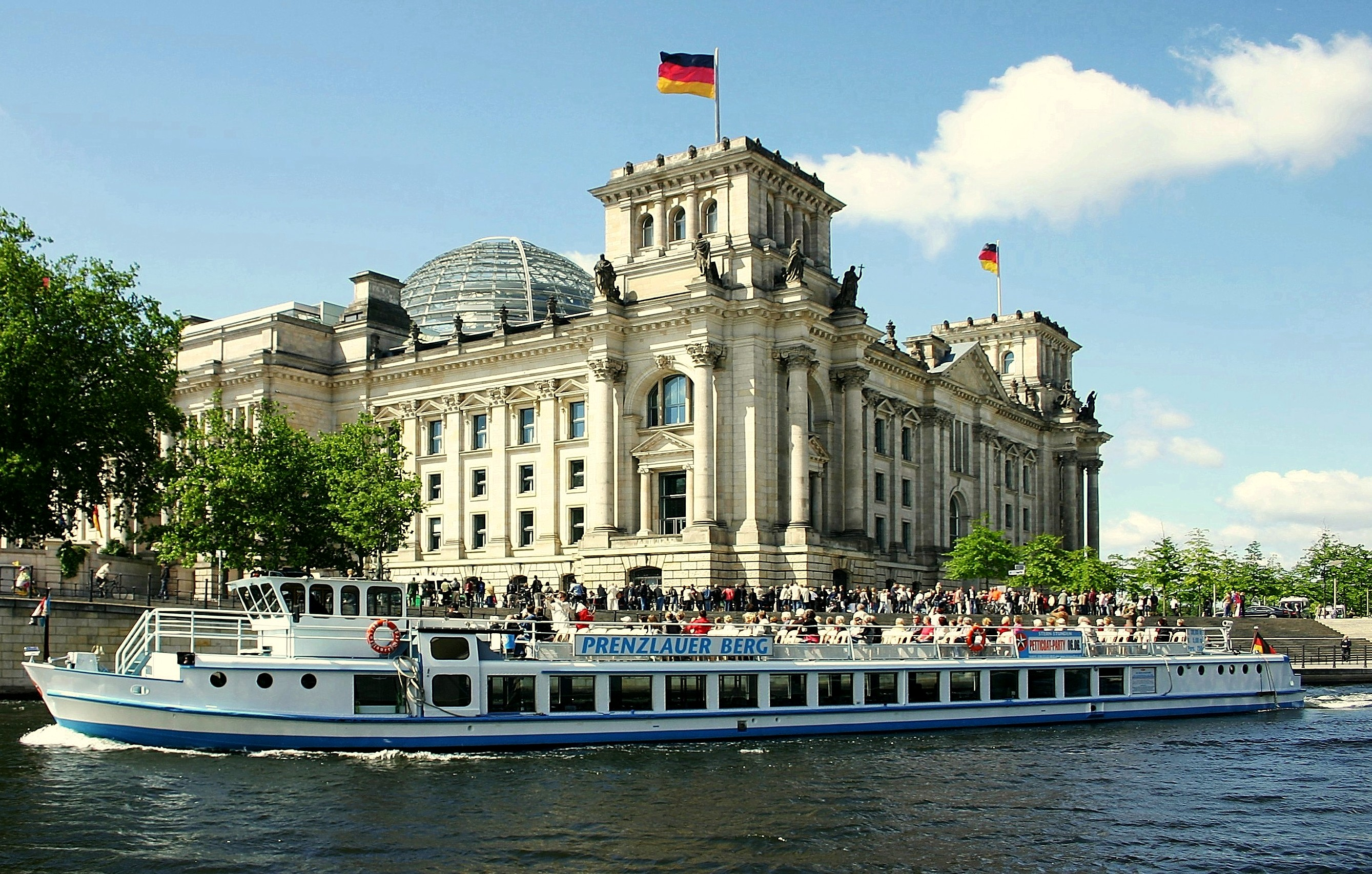 Reichstagsgeb%C3%A4ude in Berlin von der Spreeseite aus ✧ Das erste Mal in Berlin - Was Sie unbedingt besuchen müssen! ✧ Local City Guide