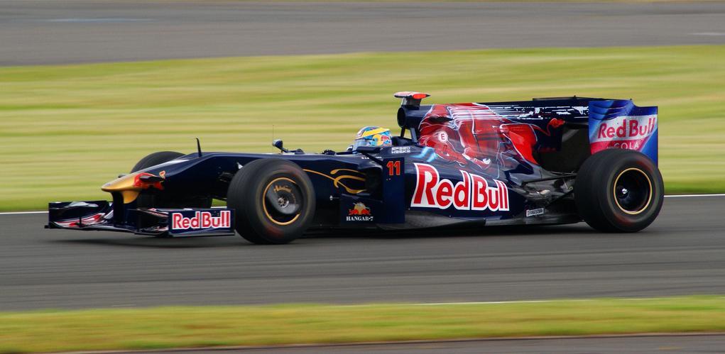Sébastien Bourdais moet halverwege 2009 het veld ruimen na tegenvallende prestaties.
