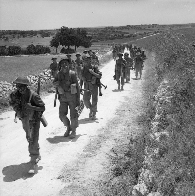Soldati britannici in marcia durante la campagna in Sicilia