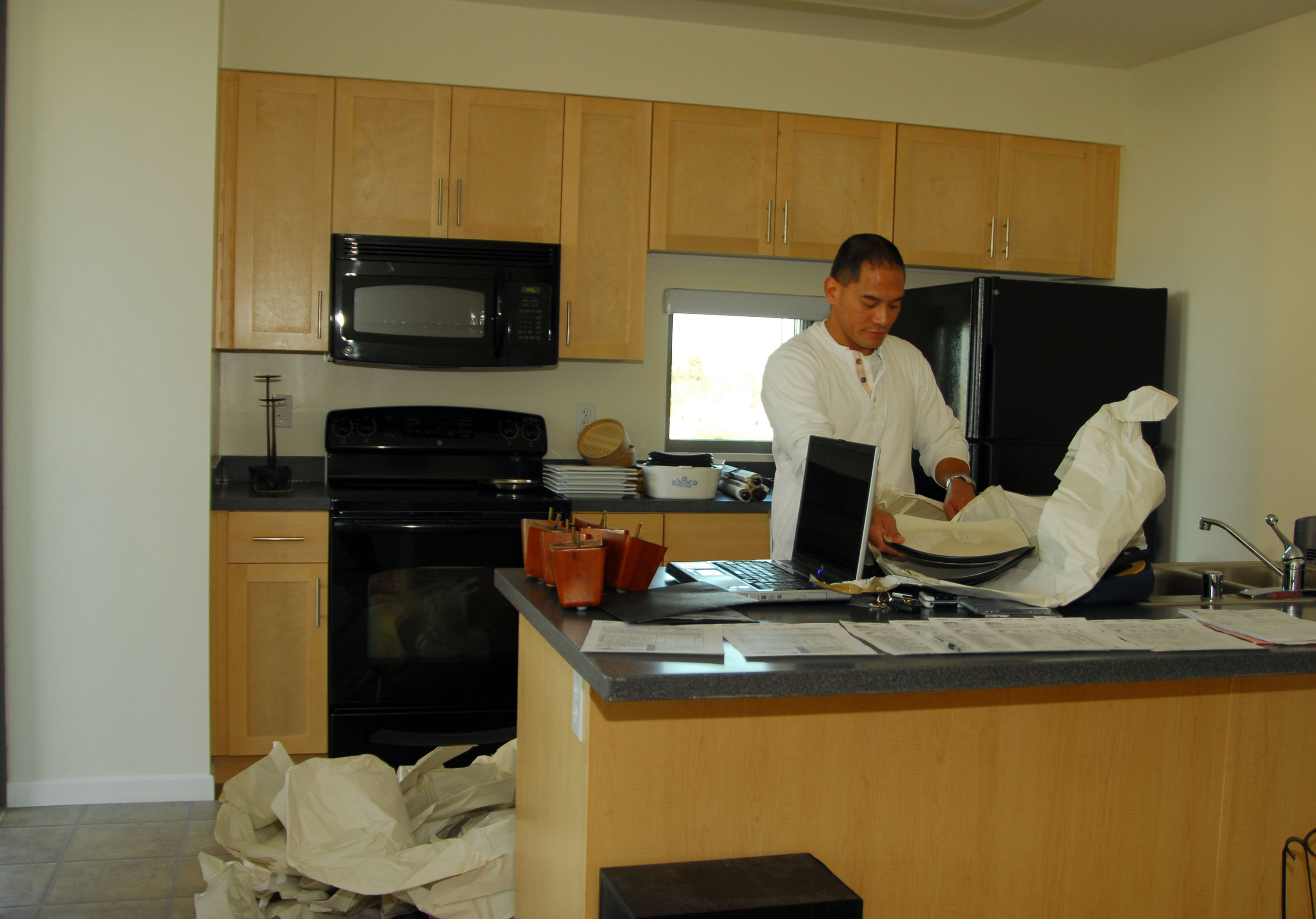 File Us Navy 081219 N 5617r 048 Hief Storekeeper Abraham Racela Unpacks Dishes After Moving Into