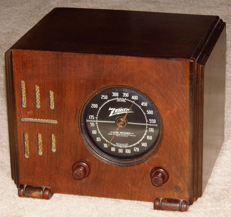 File:Vintage Zenith Wood Cube Table Radio, Model 5-R-216