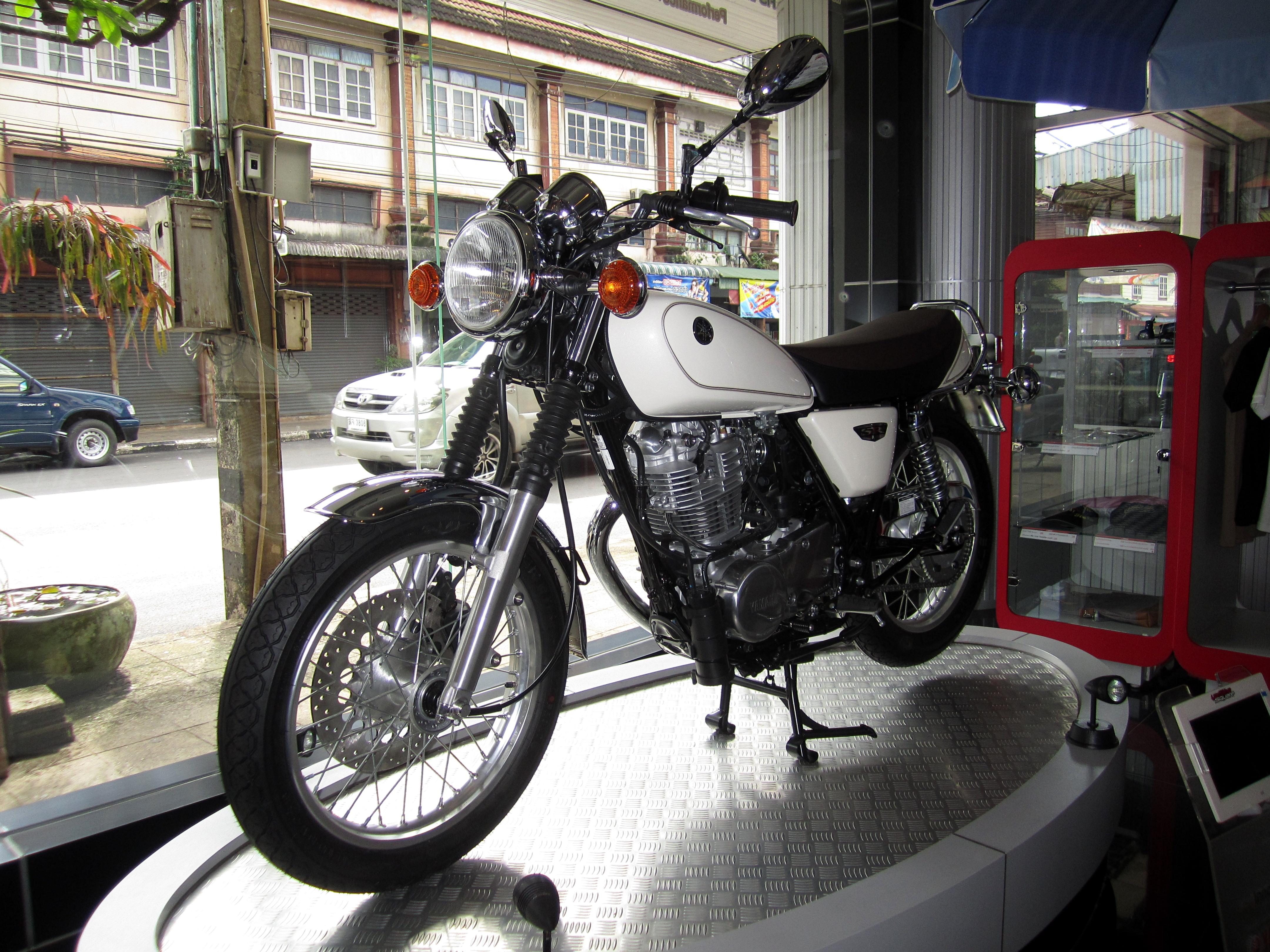 File:Yamaha SR400 Motorcycle 2014.JPG - Wikimedia Commons