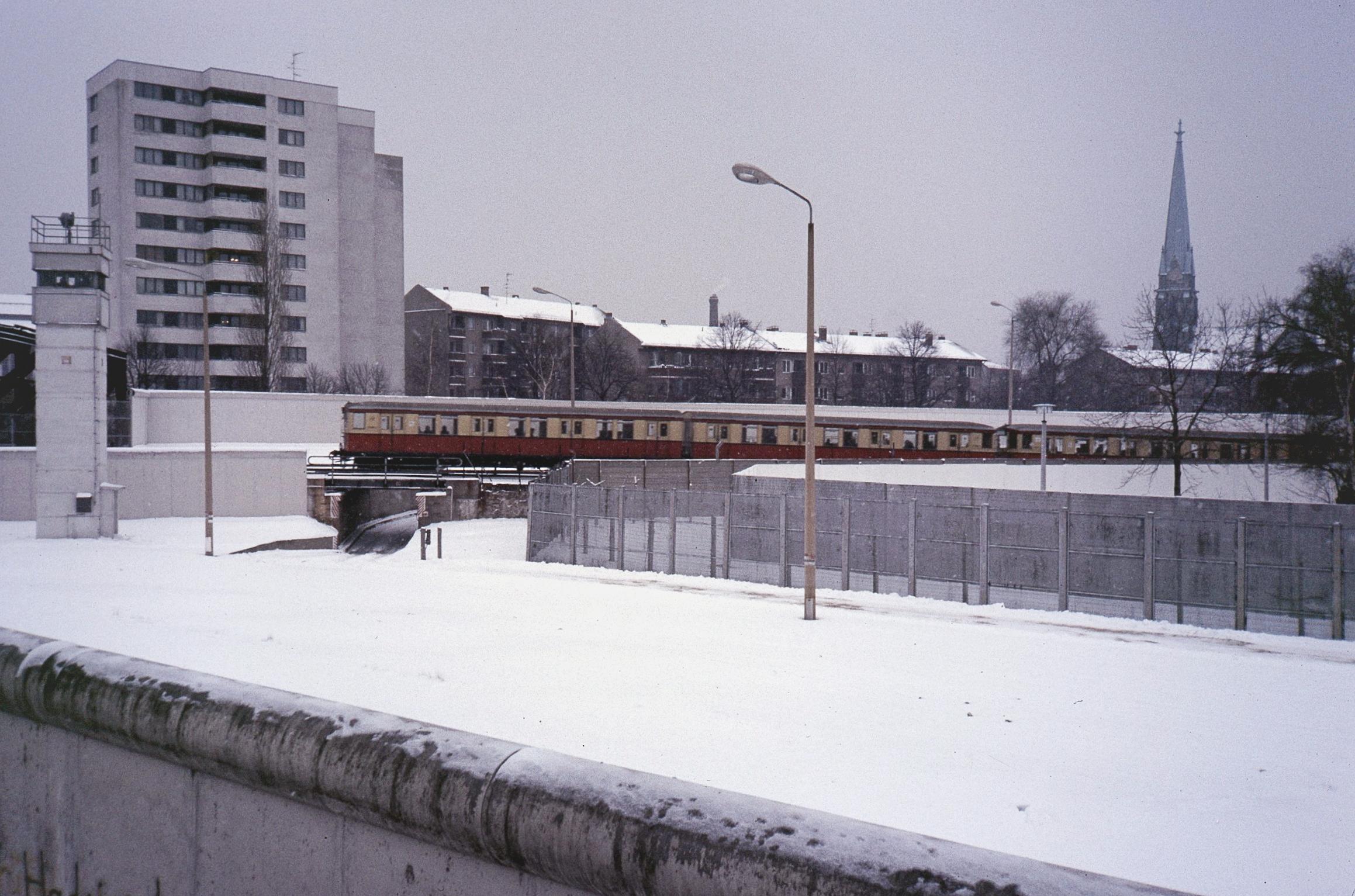 S-Bahn-Zug der Baureihe 275 der BVG auf der Rampe am Nordbahnhof, 1987