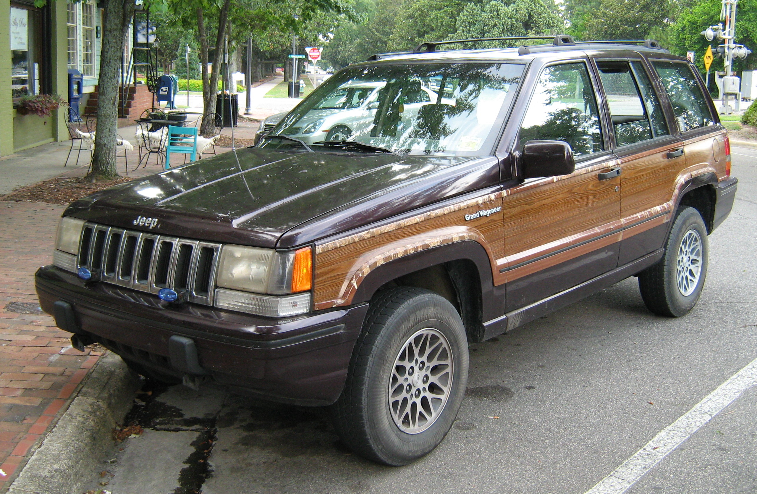 File 1993 Jeep Grand Wagoneer Black Cherry front Wikimedia mons