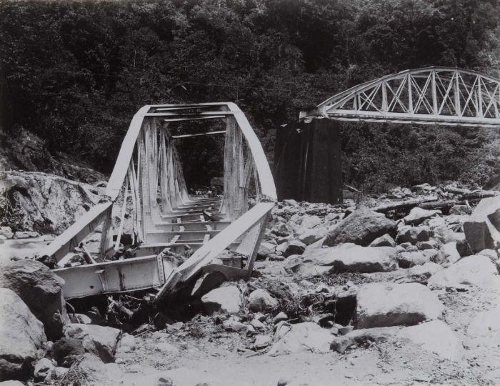 COLLECTIE TROPENMUSEUM IJzeren spoorbruggen na een verwoestende rivieroverstroming (banjir) Anai-kloof TMnr 60054629