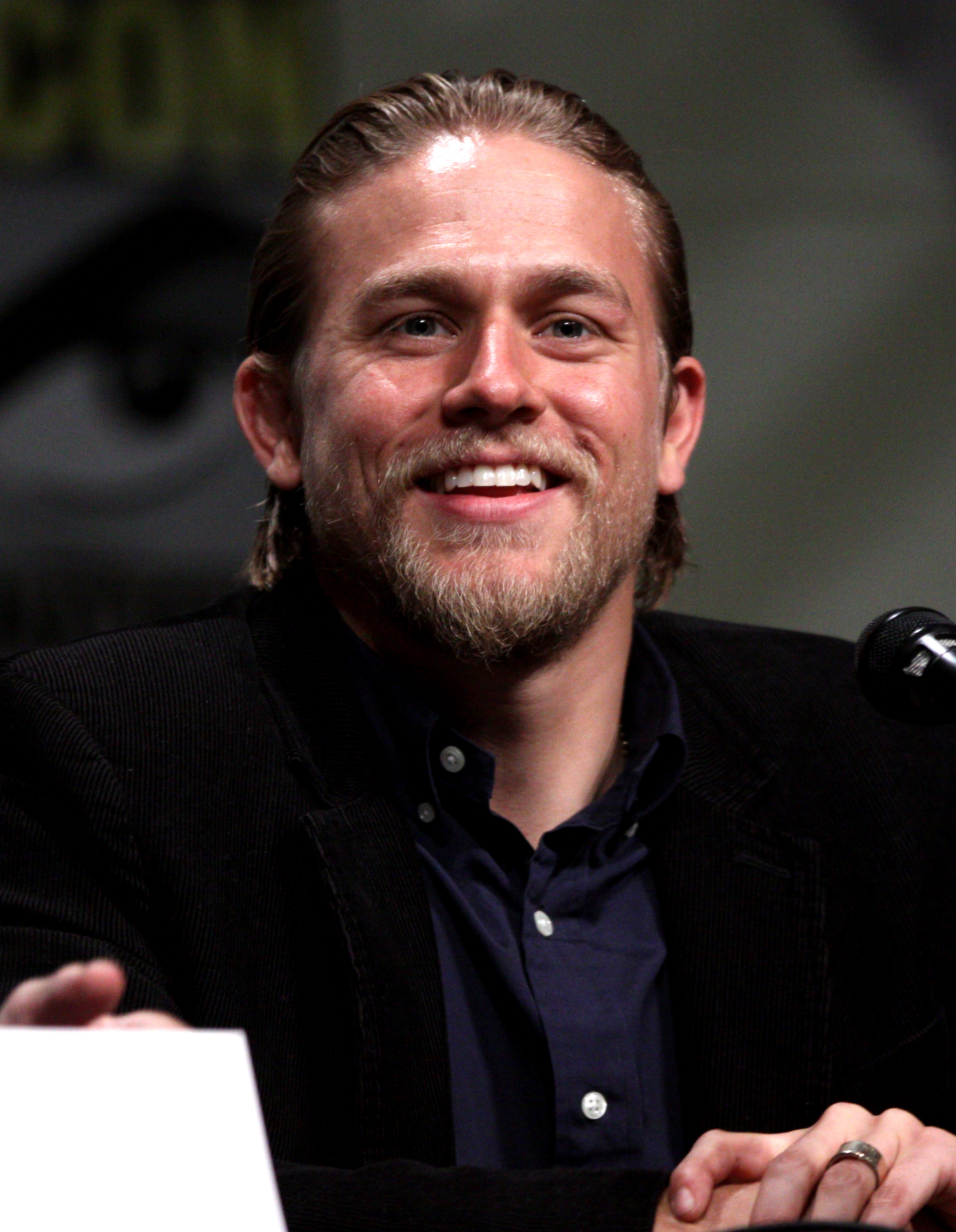 File:Charlie Hunnam by Gage Skidmore 3.jpg - Wikimedia Commons