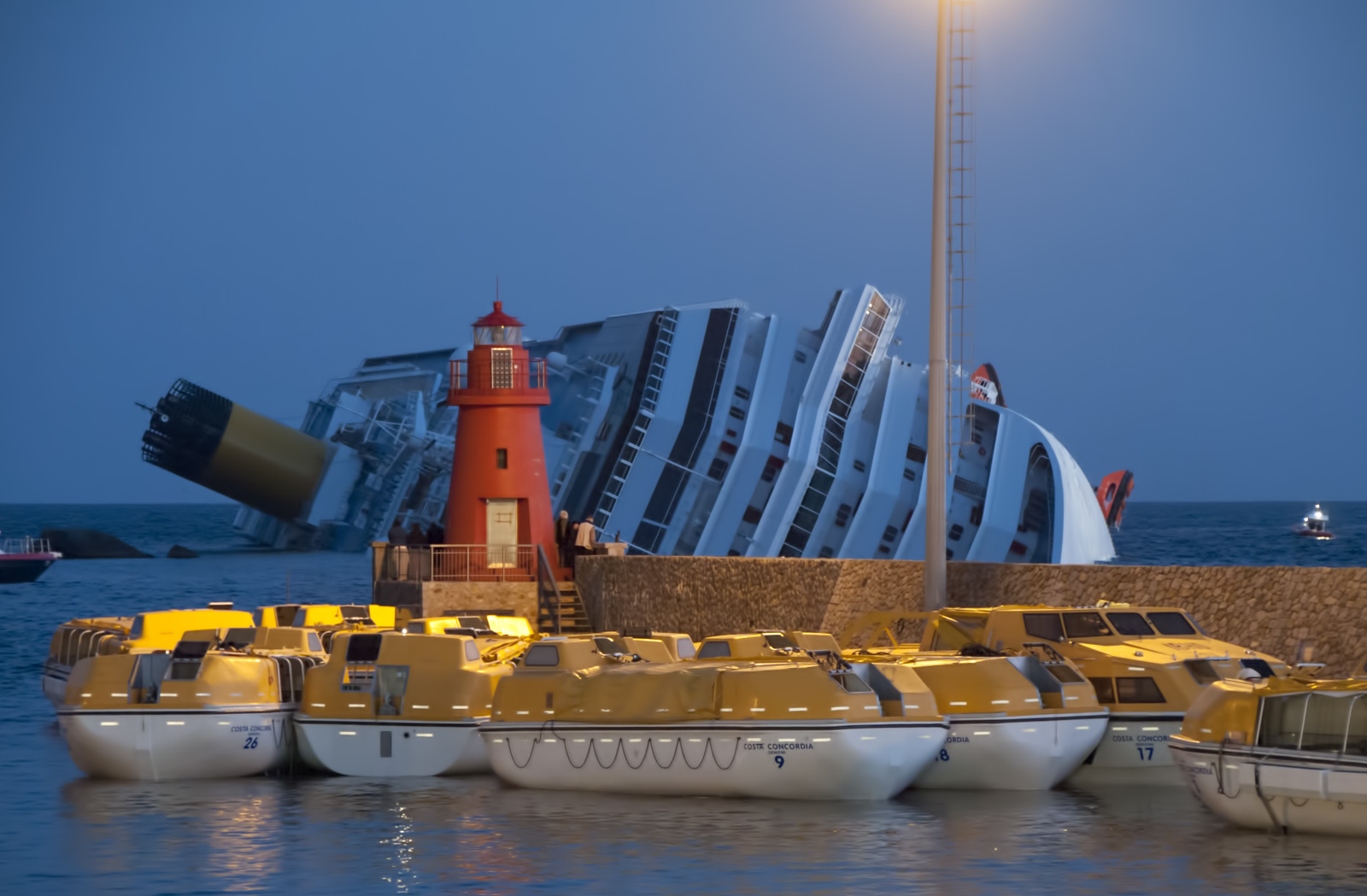 http://upload.wikimedia.org/wikipedia/commons/8/80/Collision_of_Costa_Concordia_24.jpg