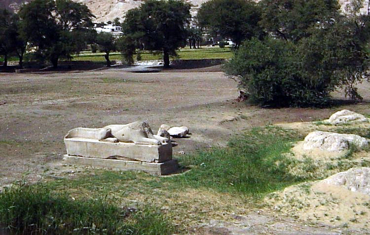 File:Crocodile sphinx at kom el-Hetan.jpg