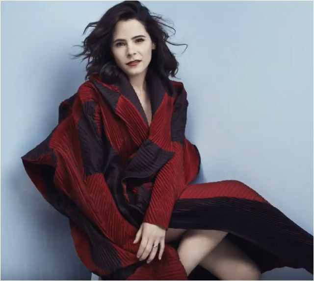 The 41-year old daughter of father (?) and mother(?) Elaine Cassidy in 2021 photo. Elaine Cassidy earned a  million dollar salary - leaving the net worth at 3 million in 2021