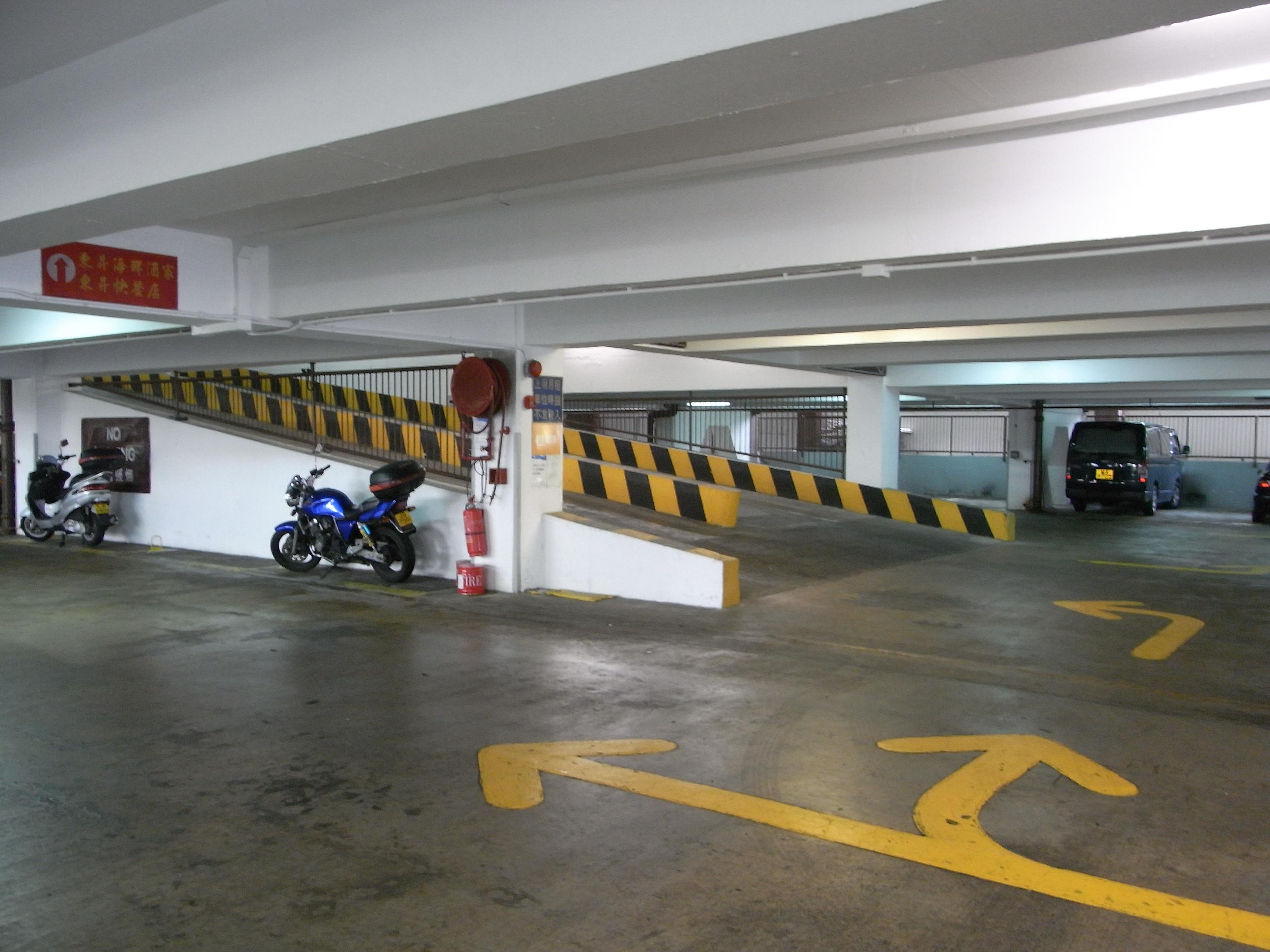 Garage interior designs photos file hk alc lei tung for Garage royal auto