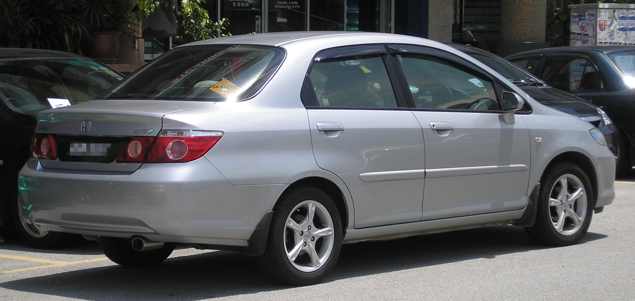 (IMG:http://upload.wikimedia.org/wikipedia/commons/8/80/Honda_City_(fourth_generation,_first_facelift)_(rear),_Serdang.jpg)