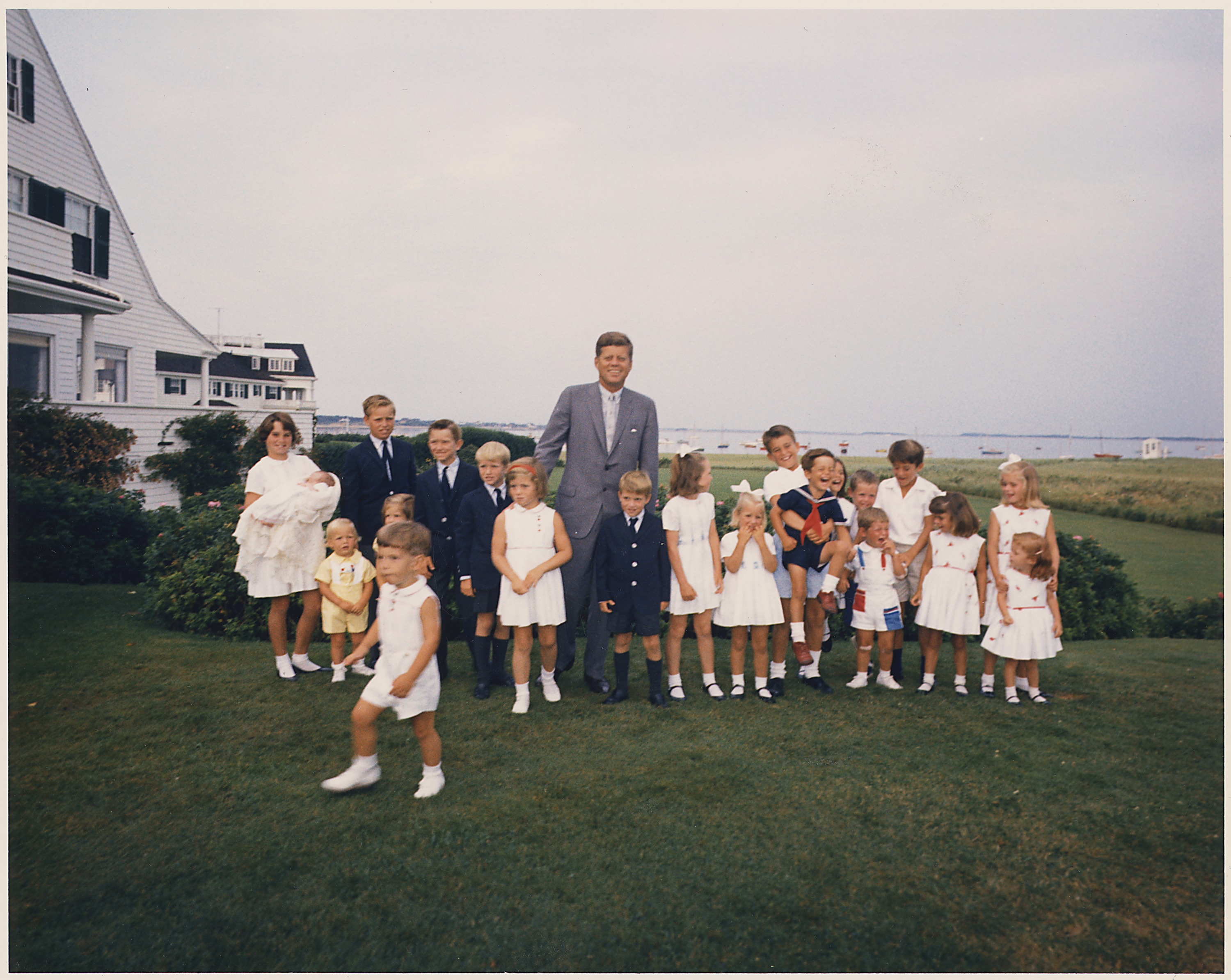 File hyannisport weekend president kennedy with children nara wikimedia commons - Houses for families withchild ...