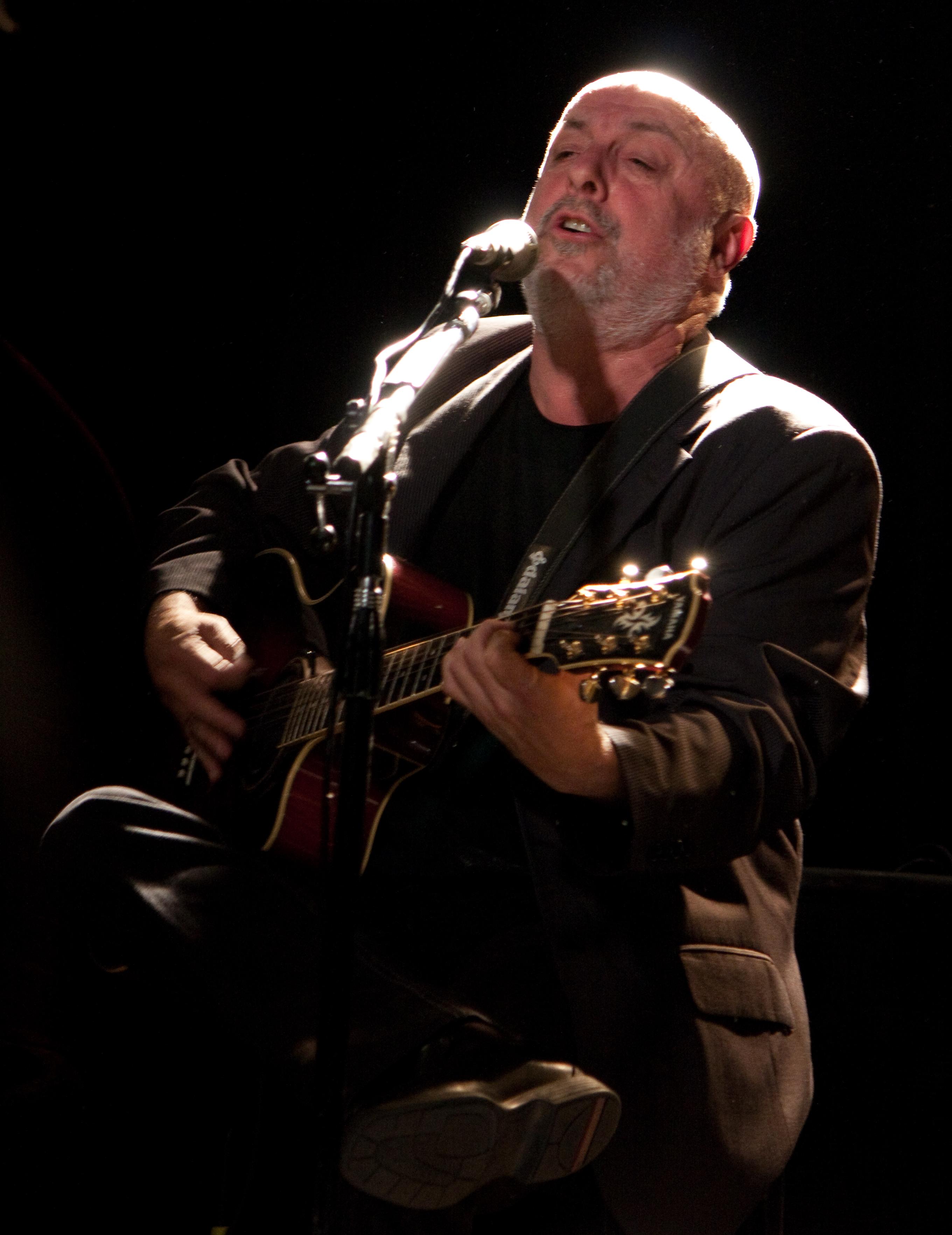 Juan Carlos Baglietto en un recital en la Ciudad de Buenos Aires. Noviembre de 2010.