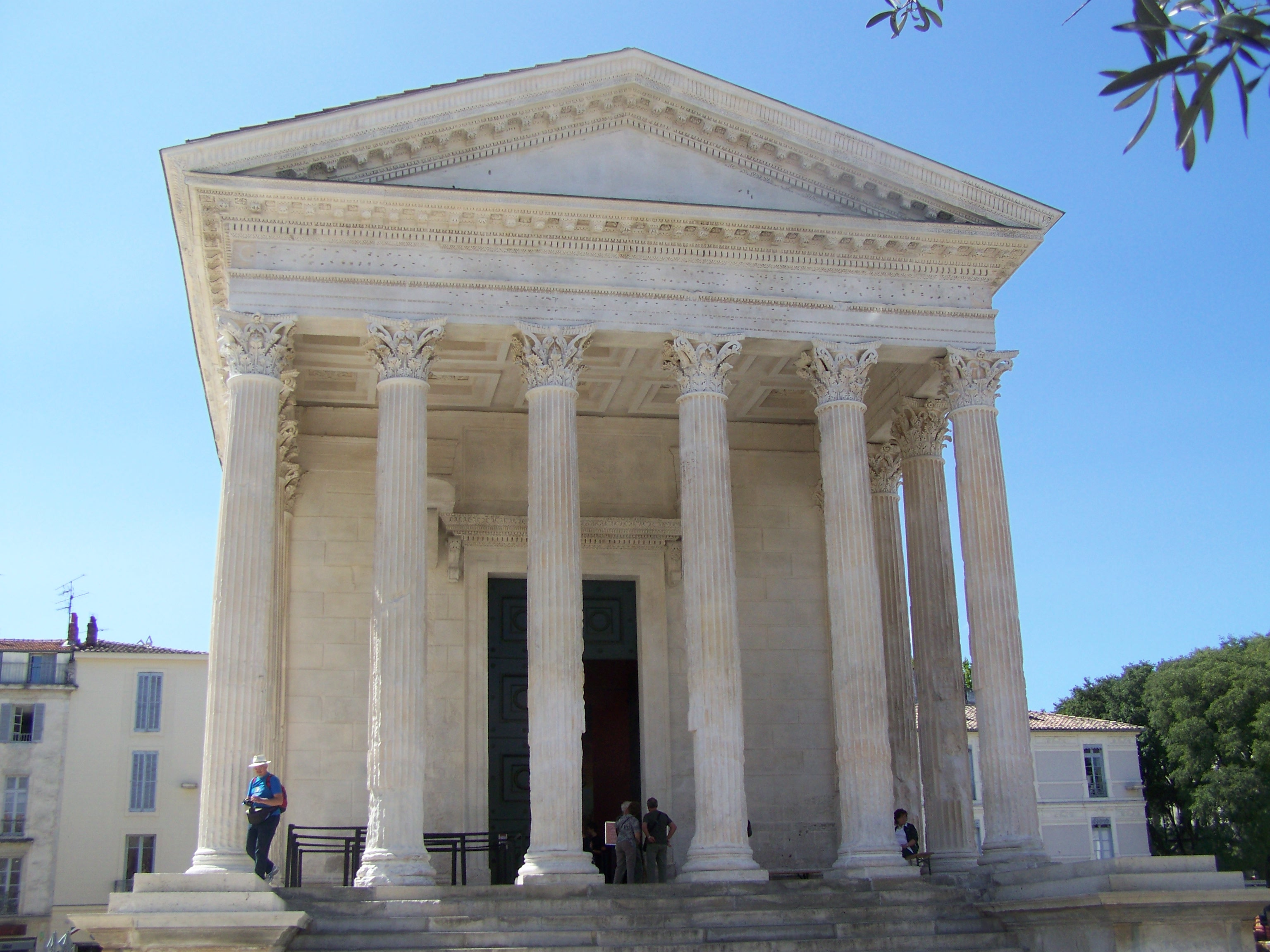 File maison carr e n mes jpg wikimedia commons for Maison de la literie nimes