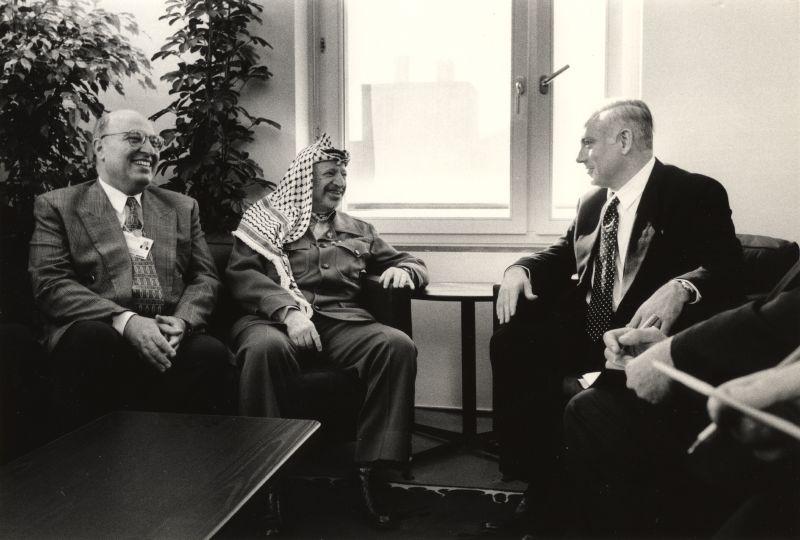 קובץ:Netanyahu Arafat Shaath.jpg