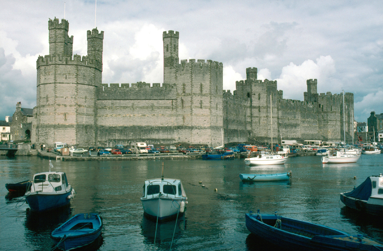 http://upload.wikimedia.org/wikipedia/commons/8/80/North_Wales_Caernarfon_Castle.jpg