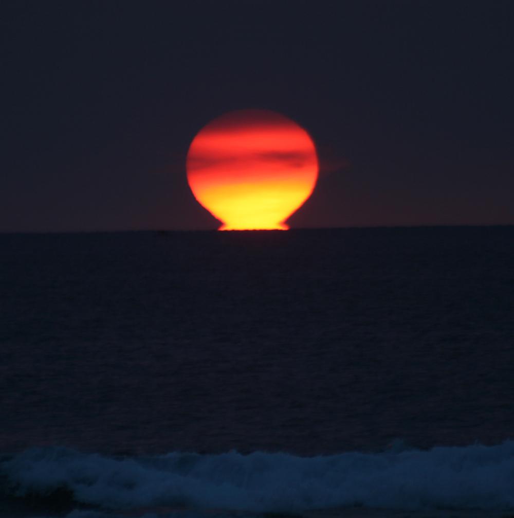 https://upload.wikimedia.org/wikipedia/commons/8/80/Omega_Sun_inferior_mirage.jpg